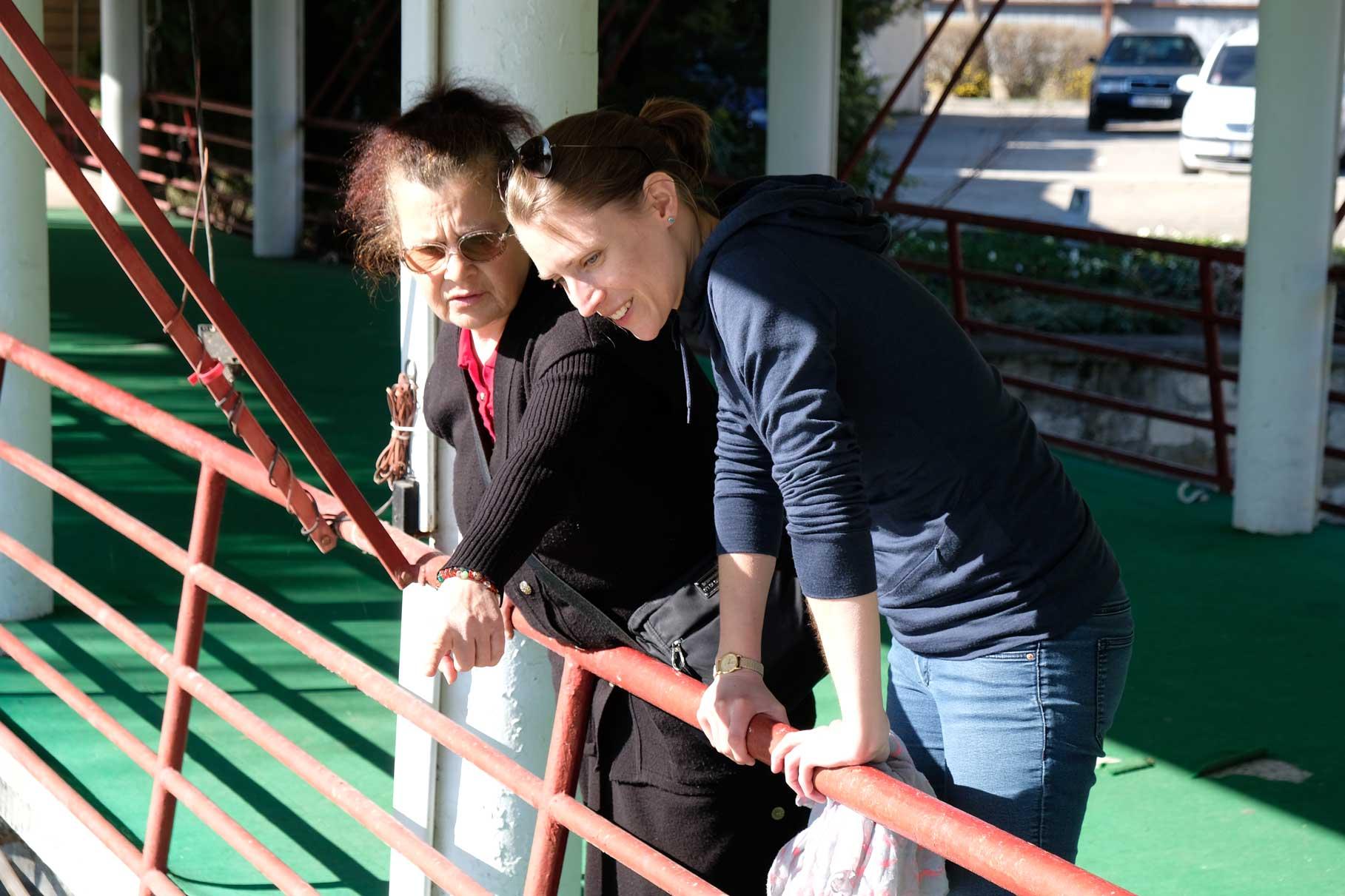 Leo und Petranka stehen an einem Geländer