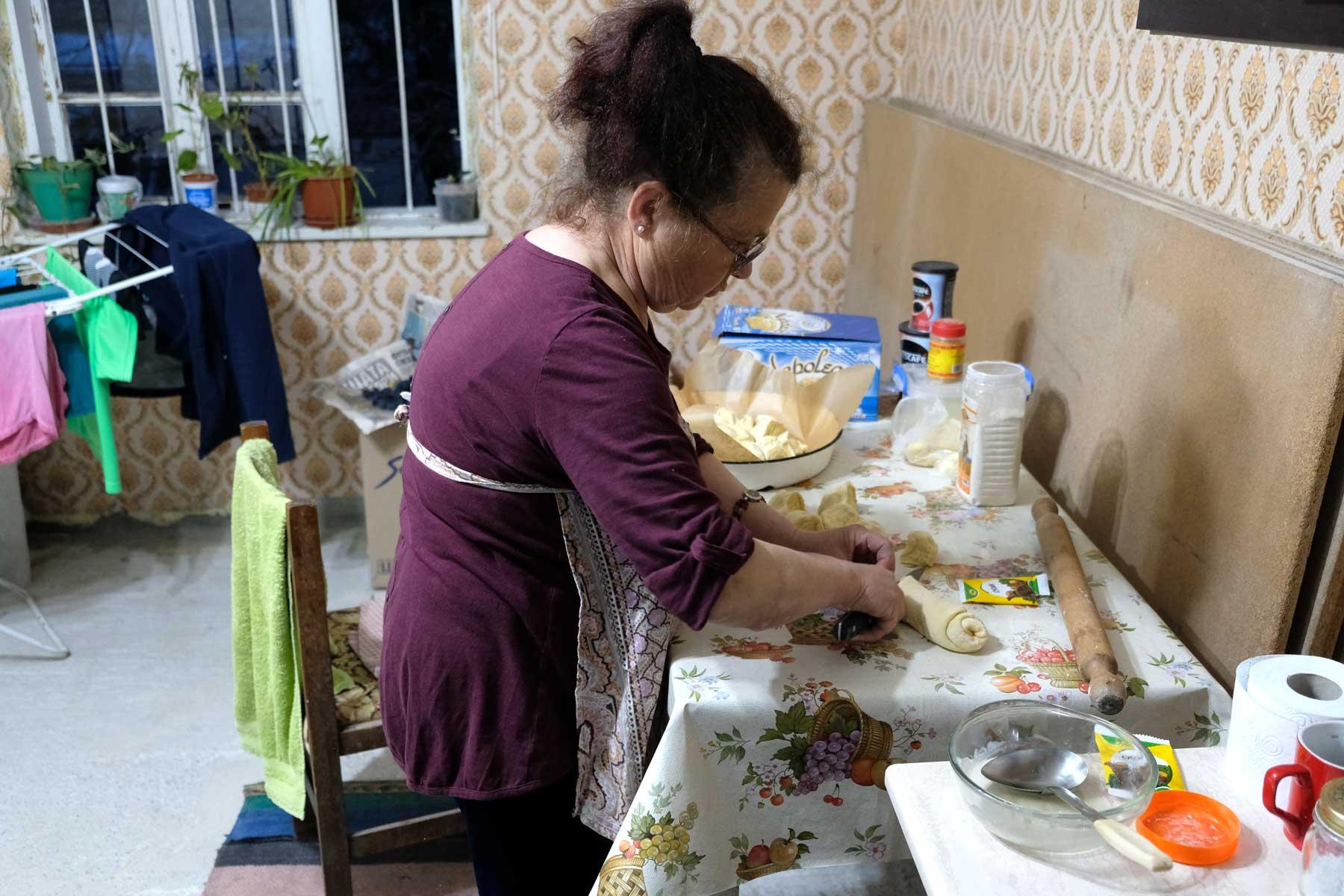 Petranka bearbeitet Teig für eine Pitka