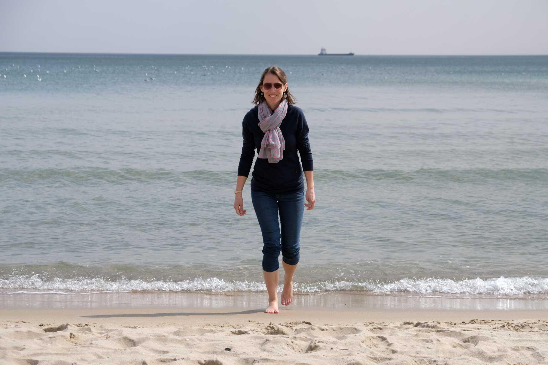 Leo am Strand vor dem Meer