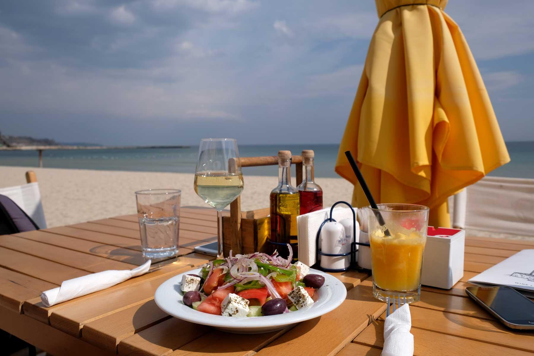 Ein gedeckter Tisch am Strand
