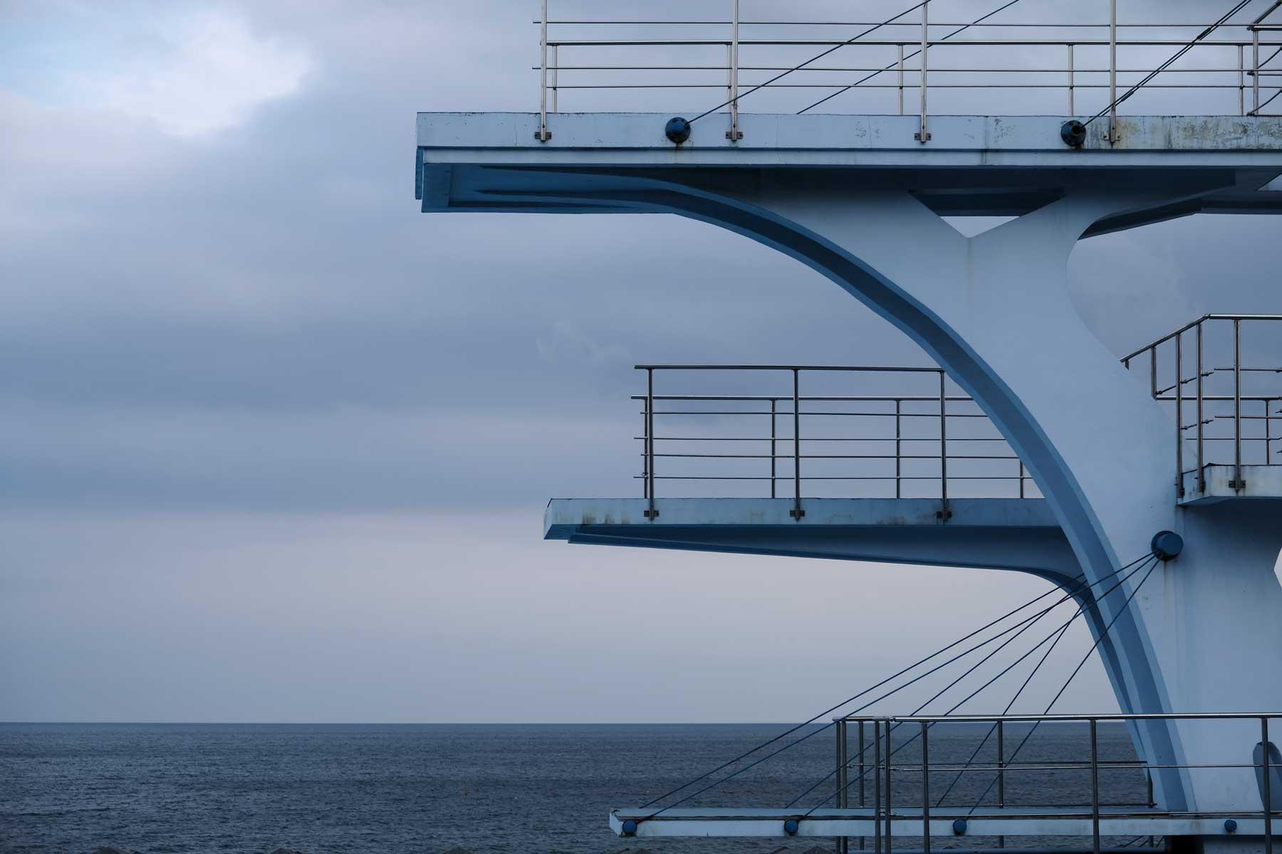 Sprungtürme eines Freibads mit Blick aufs Meer