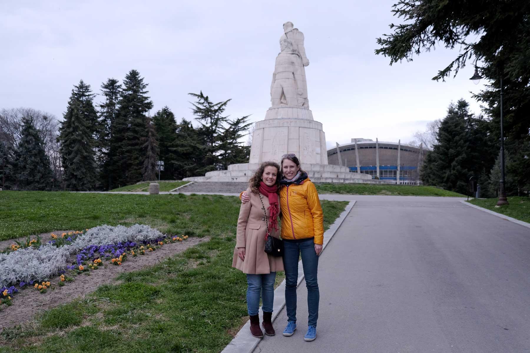 Leo und Yordanka stehen in einem Park