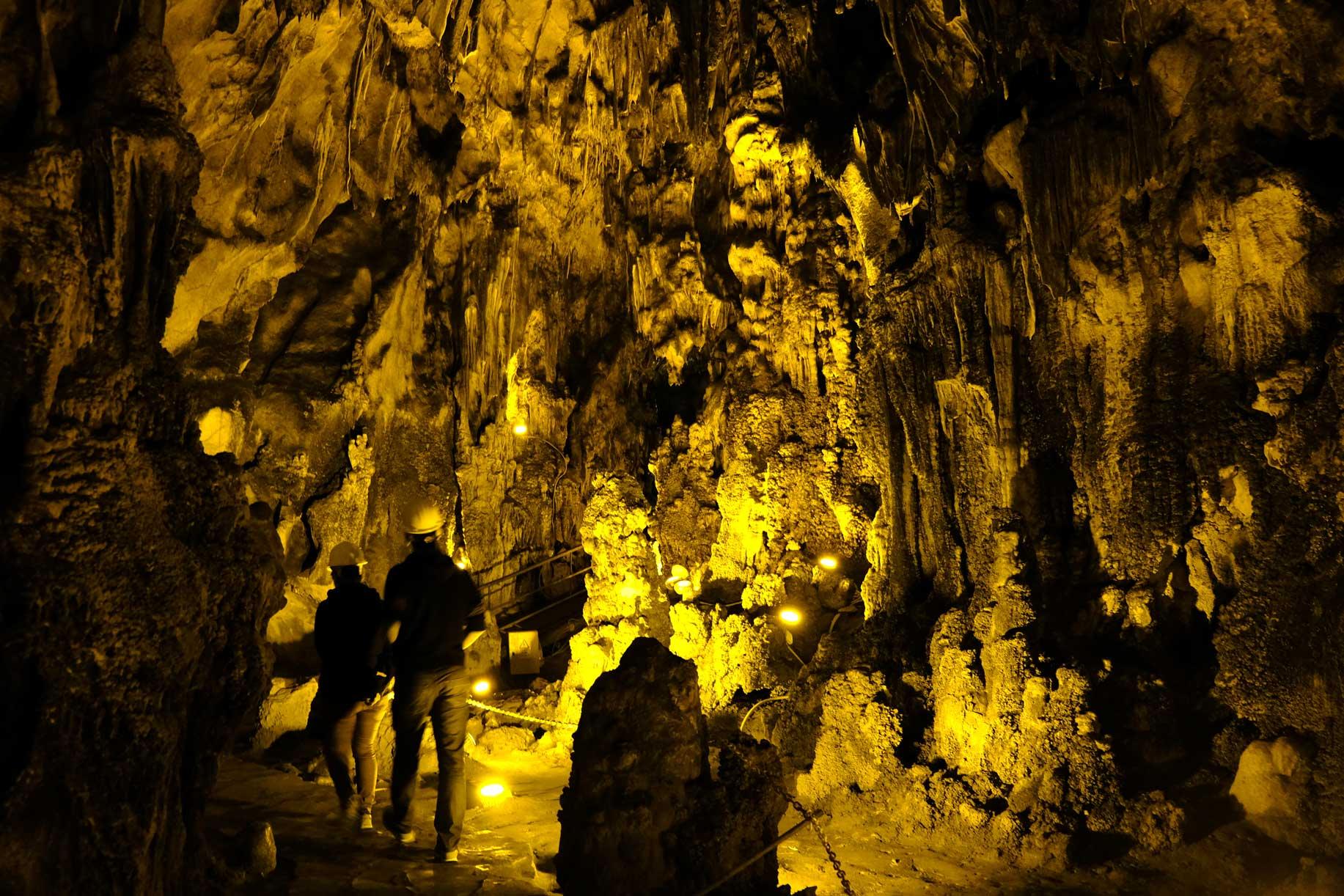 Die toll hergerichtete Höhle beeindruckt uns mit hohen Hallen...