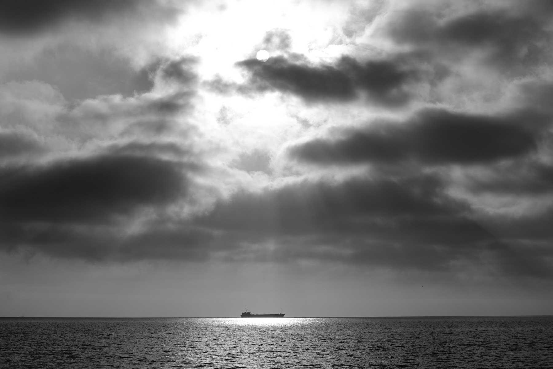 Ein Schiff auf dem Meer