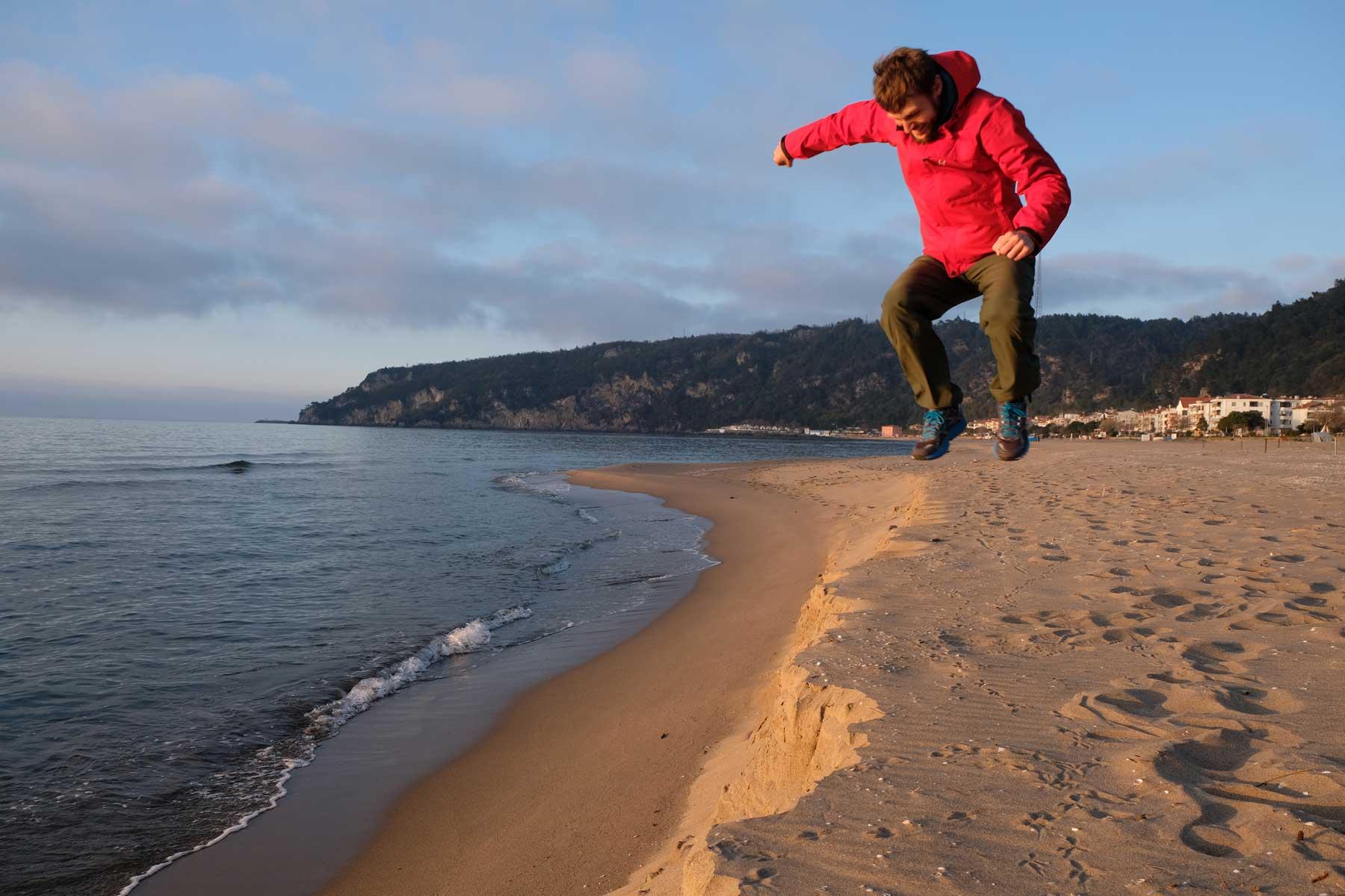 Sebastian springt am Strand