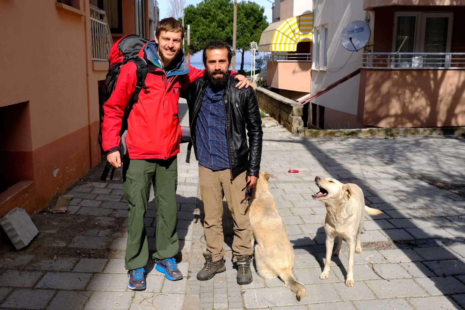 Sebastian und Muammer stehen neben zwei Hunden