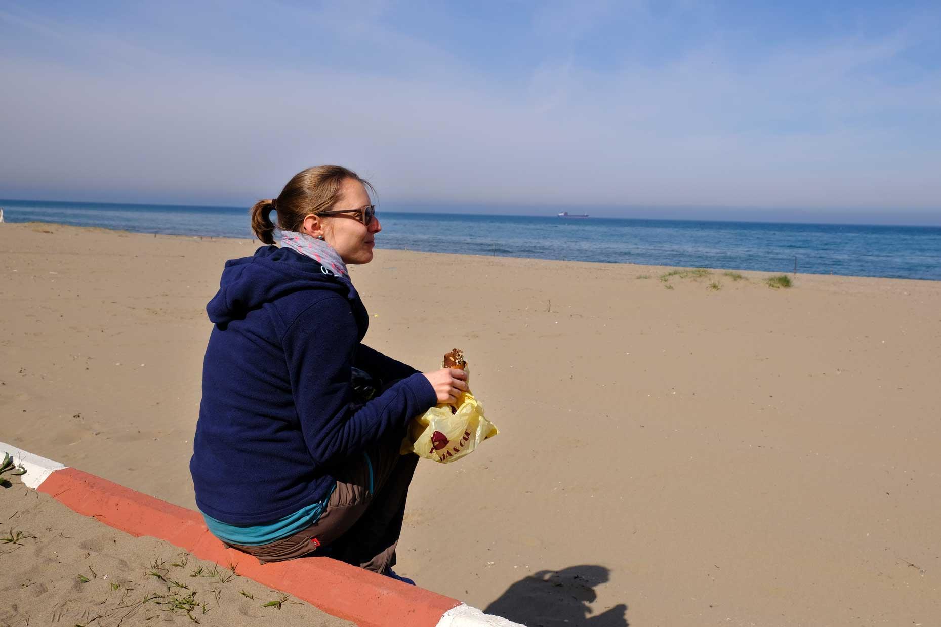 Leo isst am Strand