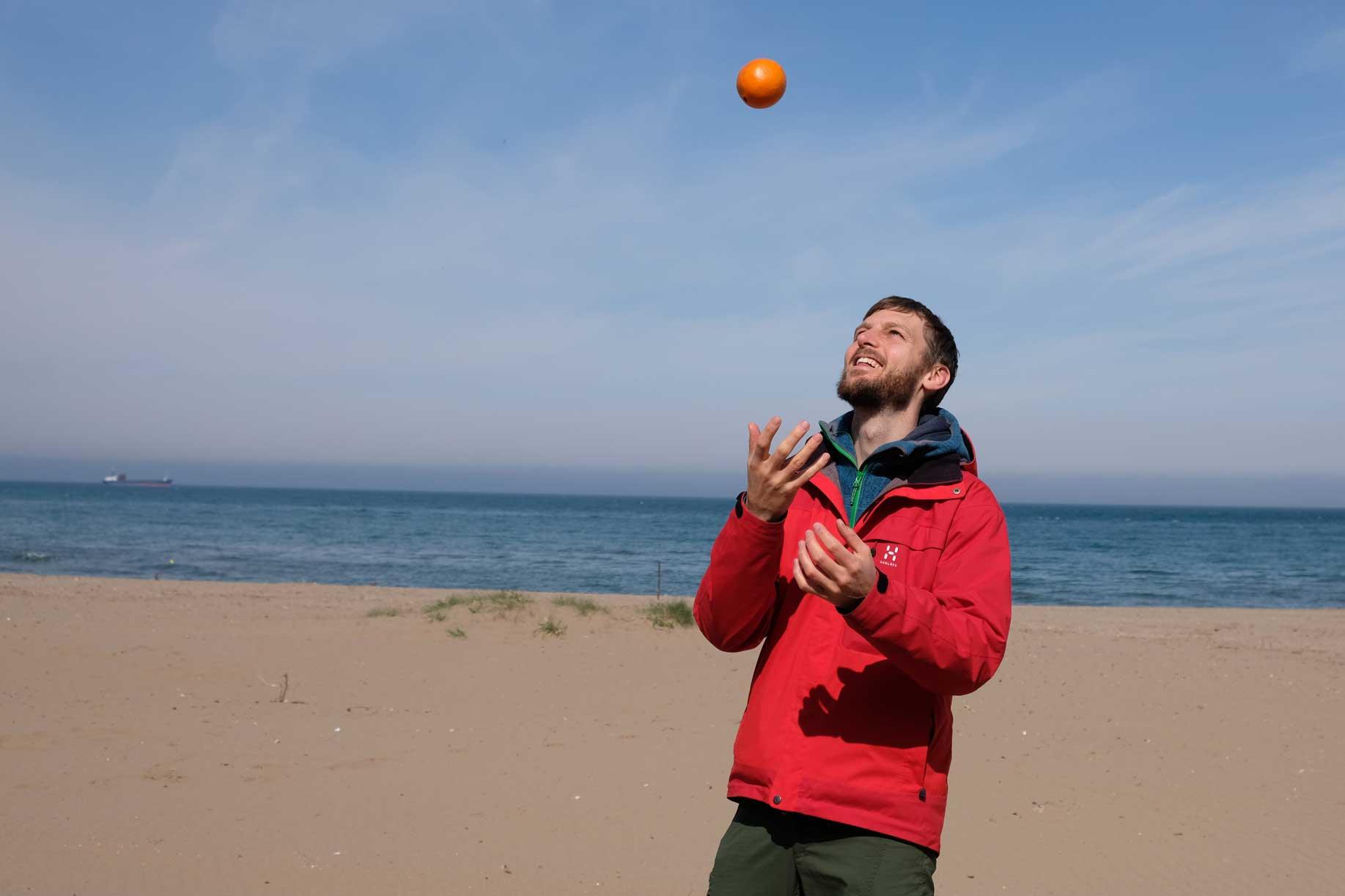Sebastian jongliert am Strand
