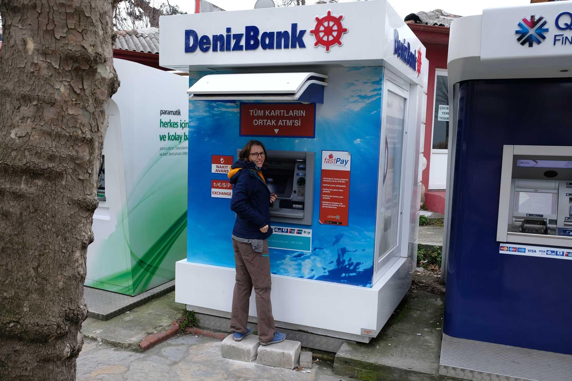 Leo an einem Geldautomat der Deniz Bank