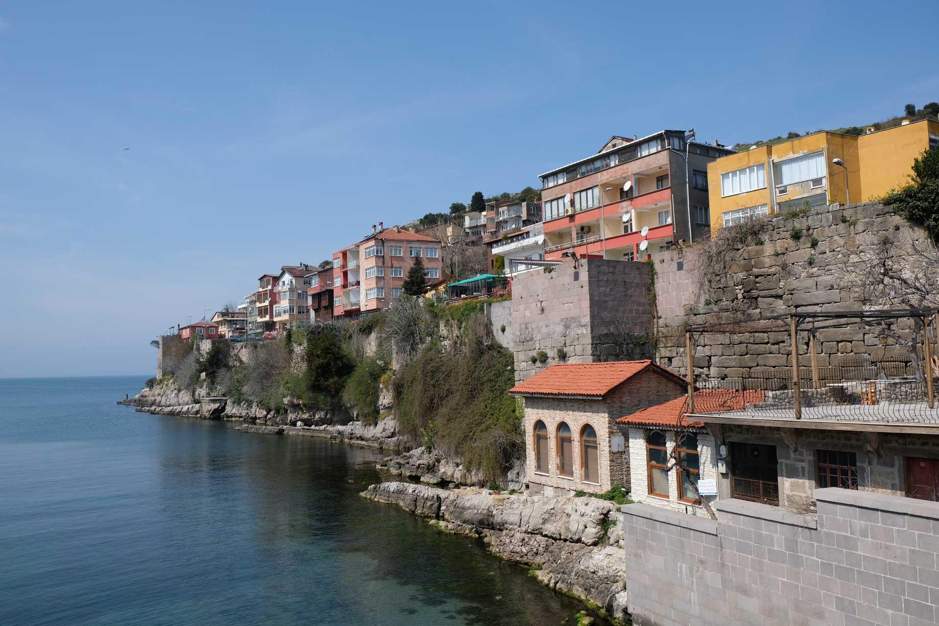 Wohnhäuser am Ufer