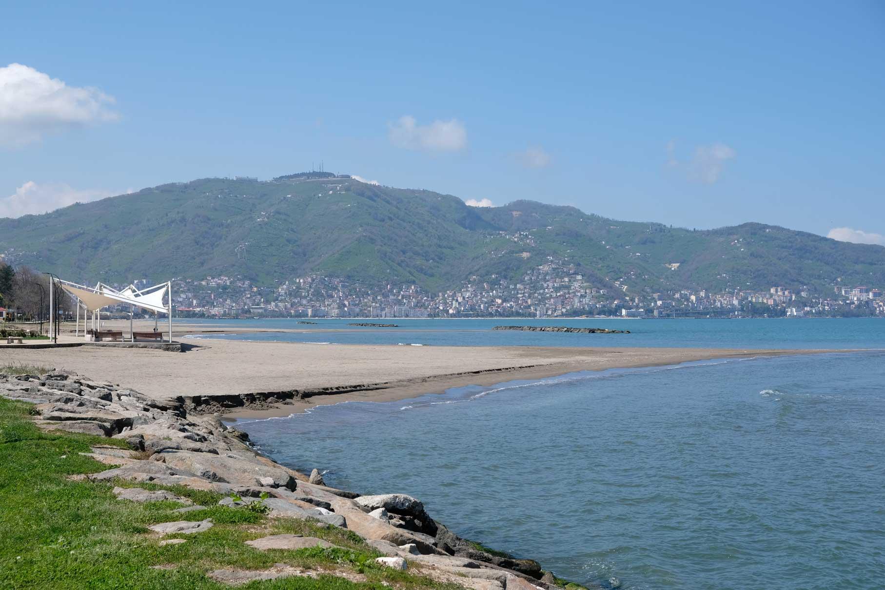 Unser Quartier liegt direkt an Ordus Strandpromenade, von der aus man auf den Berg Boztepe blicken kann