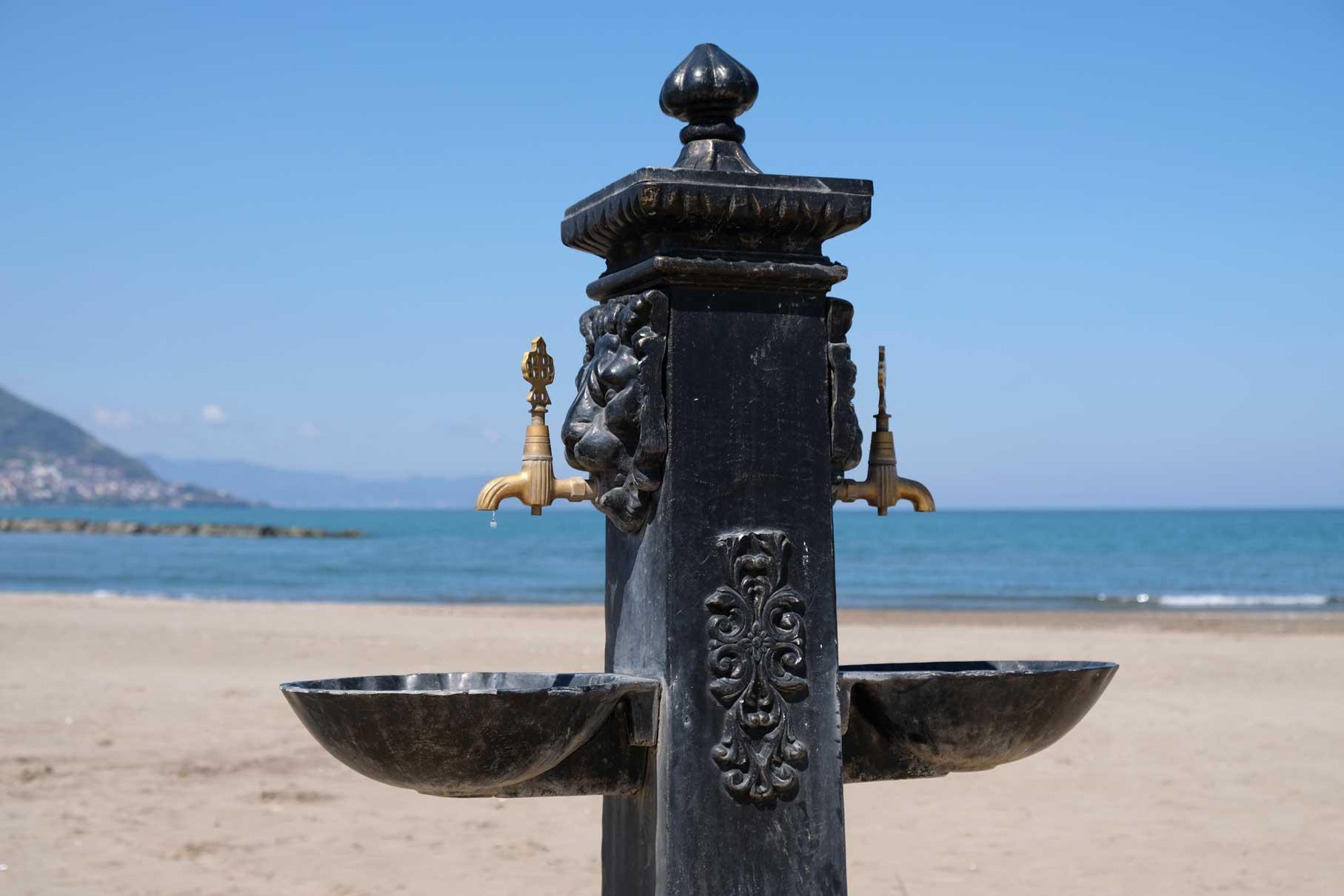 Die Strandpromenade versorgt die Besucher mit Wasser aus tollen Wasserhähnen