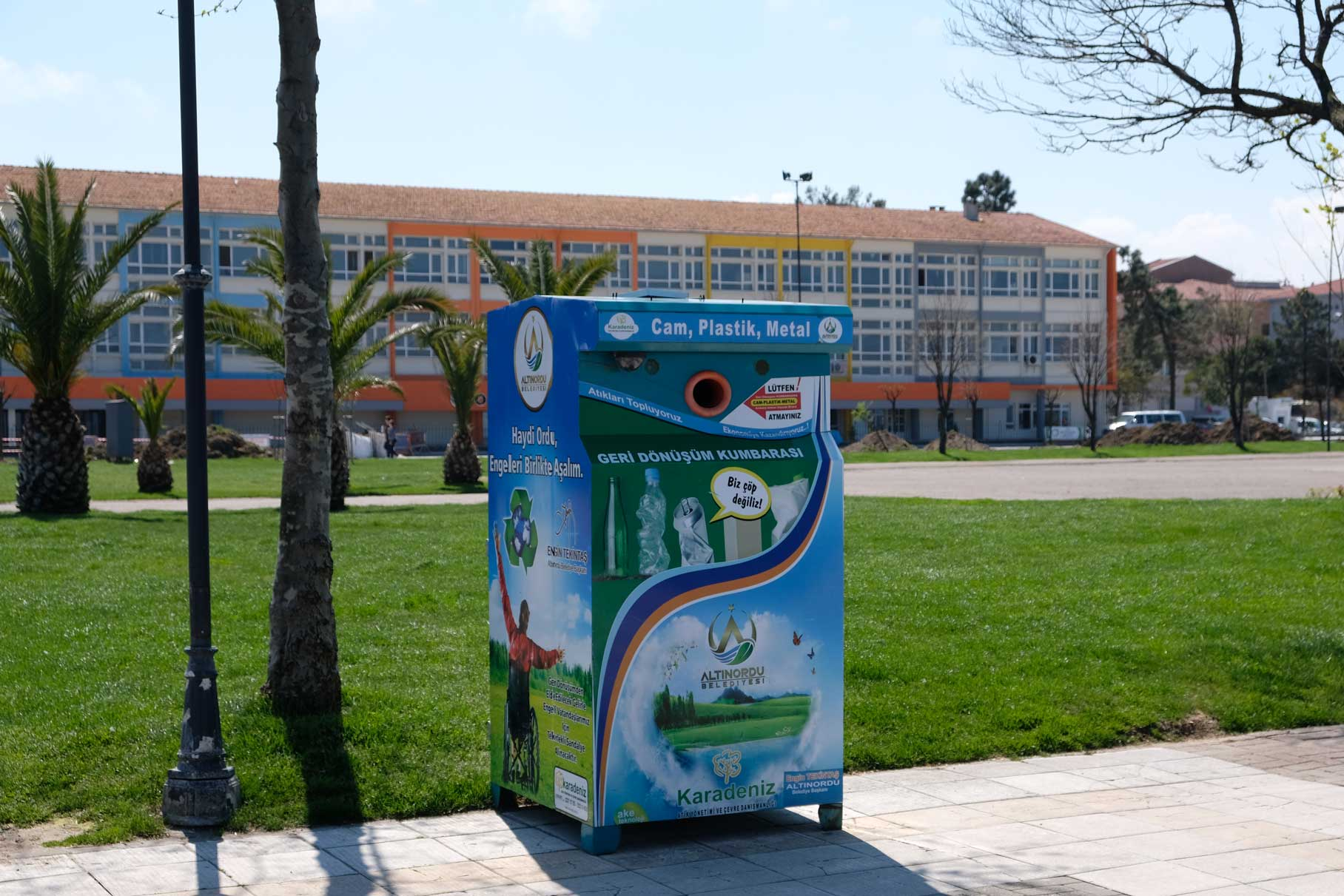 Ein Recycling-Container für Plastik