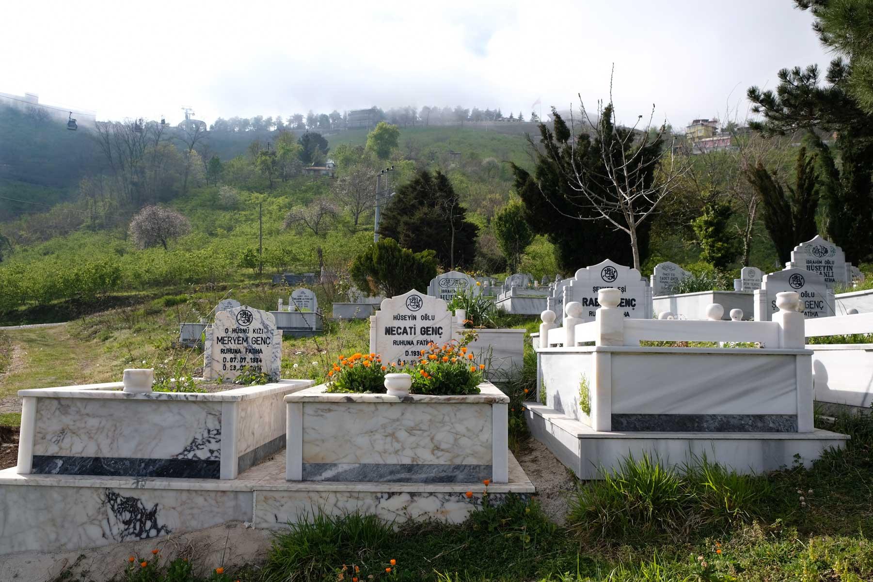 Muslimischer Friedhof in schöner Lage und grüner Umgebung