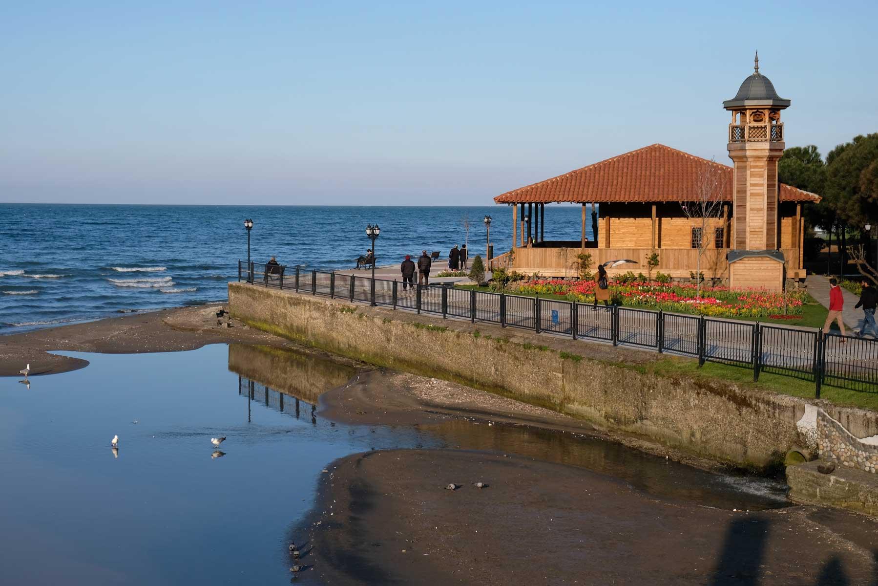 Eine schöne kleine Holz-Moschee direkt am Meer