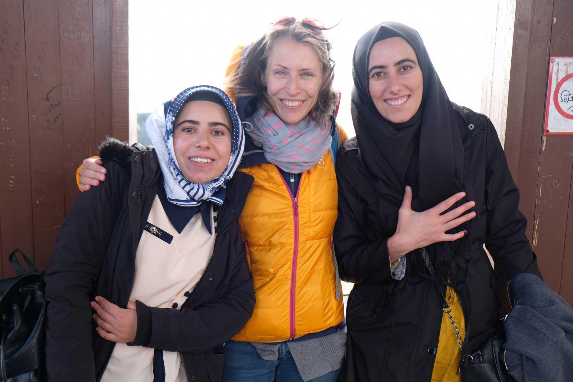 Leo mit zwei Frauen, die beide ein Kopftuch tragen