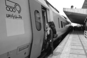 Leo steigt in einen Zug ein