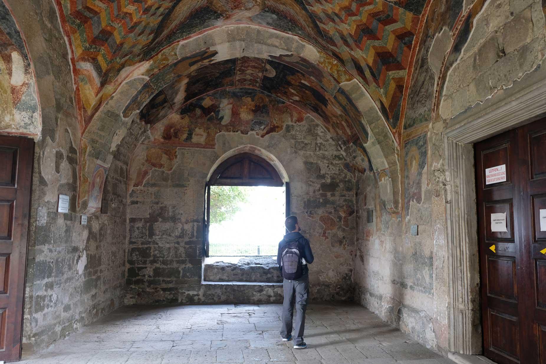 Sebastian sieht sich Fresken in der Hagia Sophia an