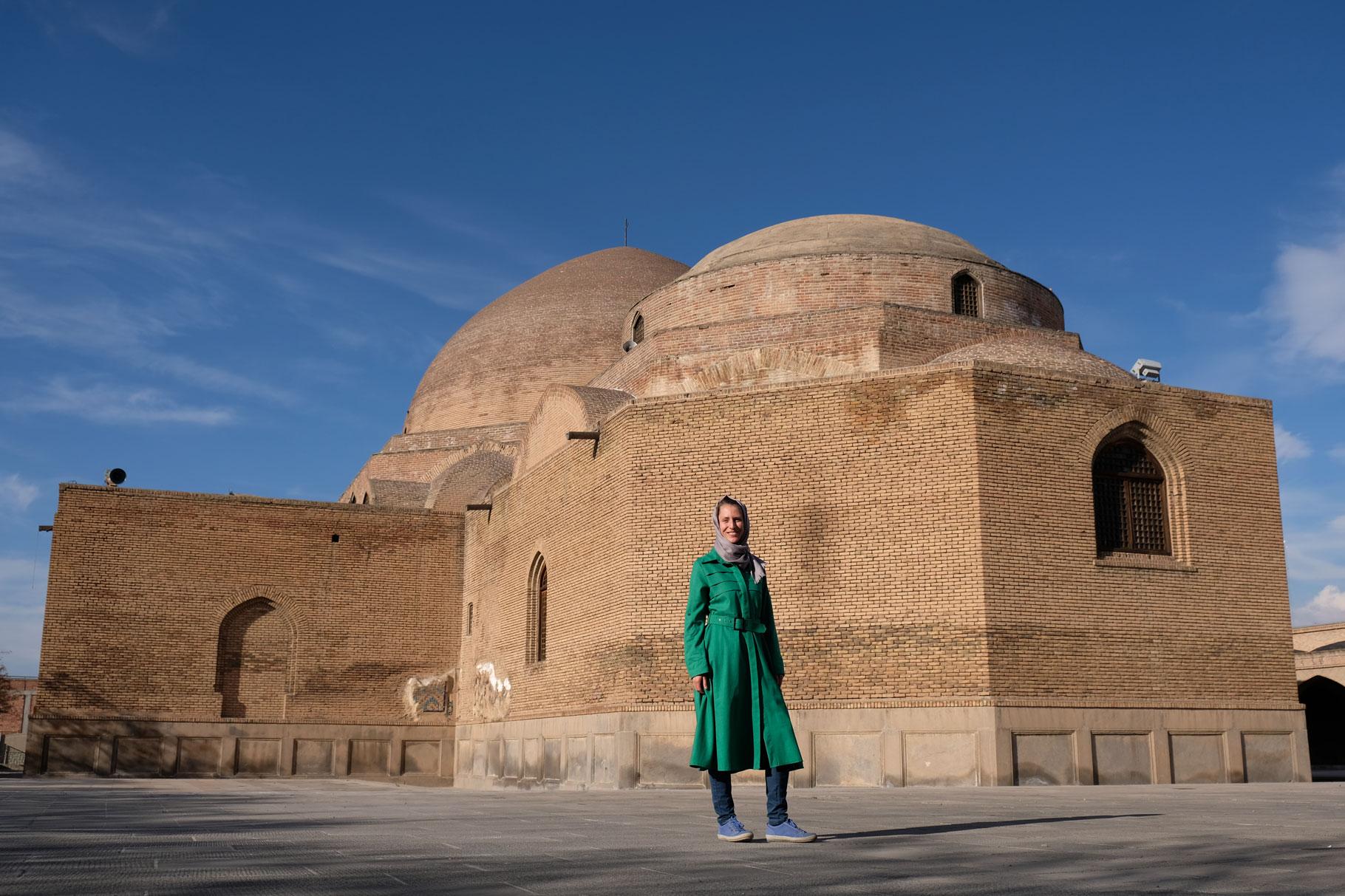 Leo vor der blauen Moschee in Tabriz