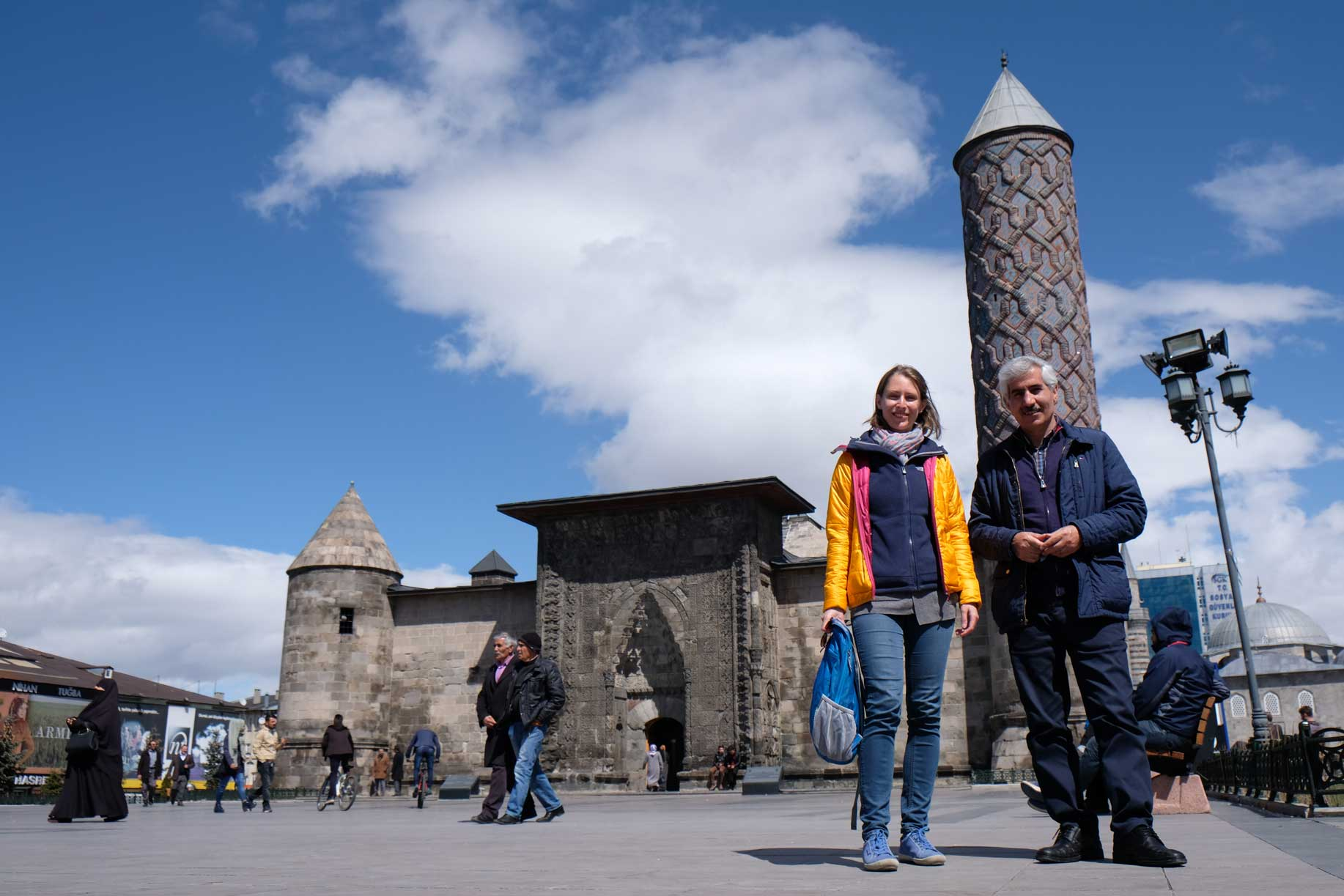 Leo und Fesih vor der Yakutiye-Medrese in Erzurum