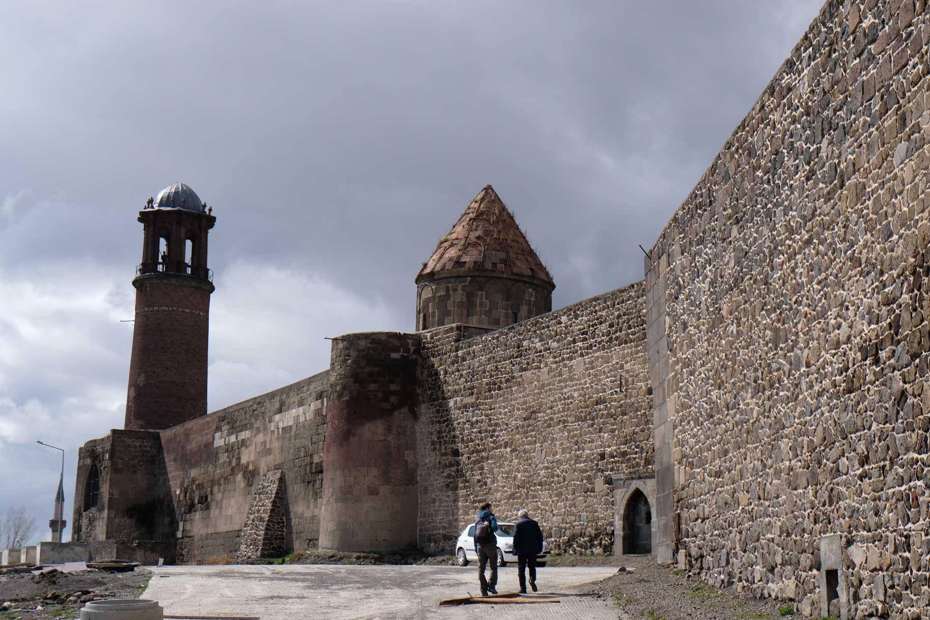 """Obwohl """"geschlossen"""" an der Türe steht, lotst uns Fesih in die Zitadelle, die überraschend doch nicht geschlossen ist..."""