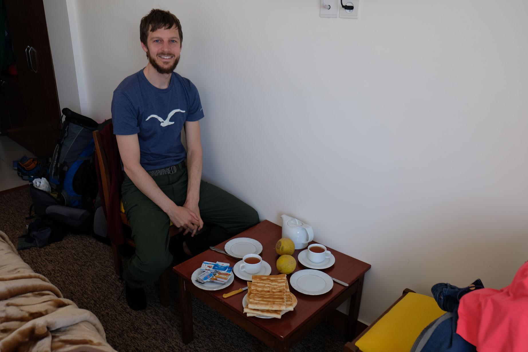 Sebastian an einem improvisierten Frühstückstisch im Hotel