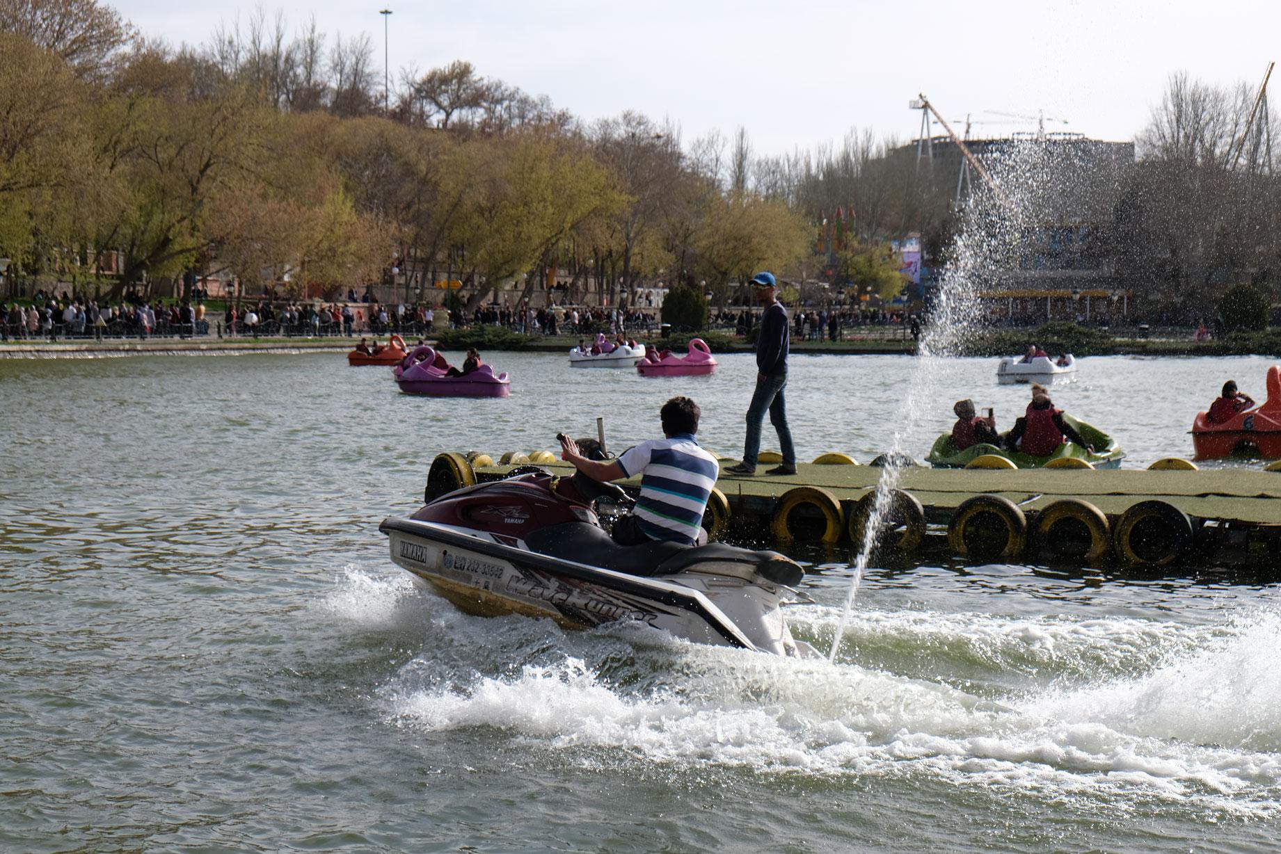 Ein Jetski und Tretboote auf einem See im Elgoli-Park