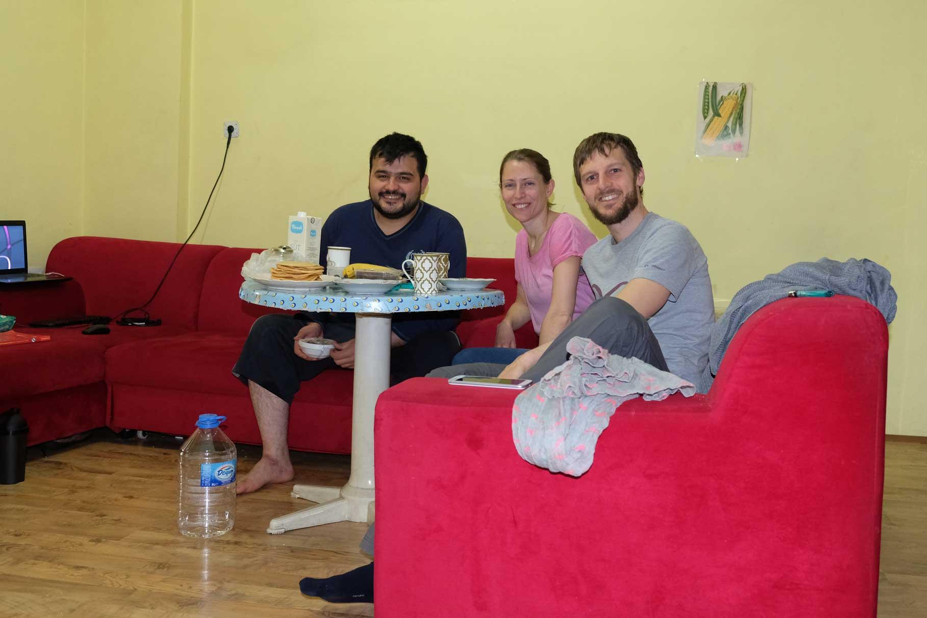Leo und Sebastian frühstücken mit Refik in seiner Wohnung