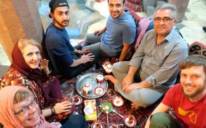 Sebastian mit Hamid und seiner Familie beim Teetrinken