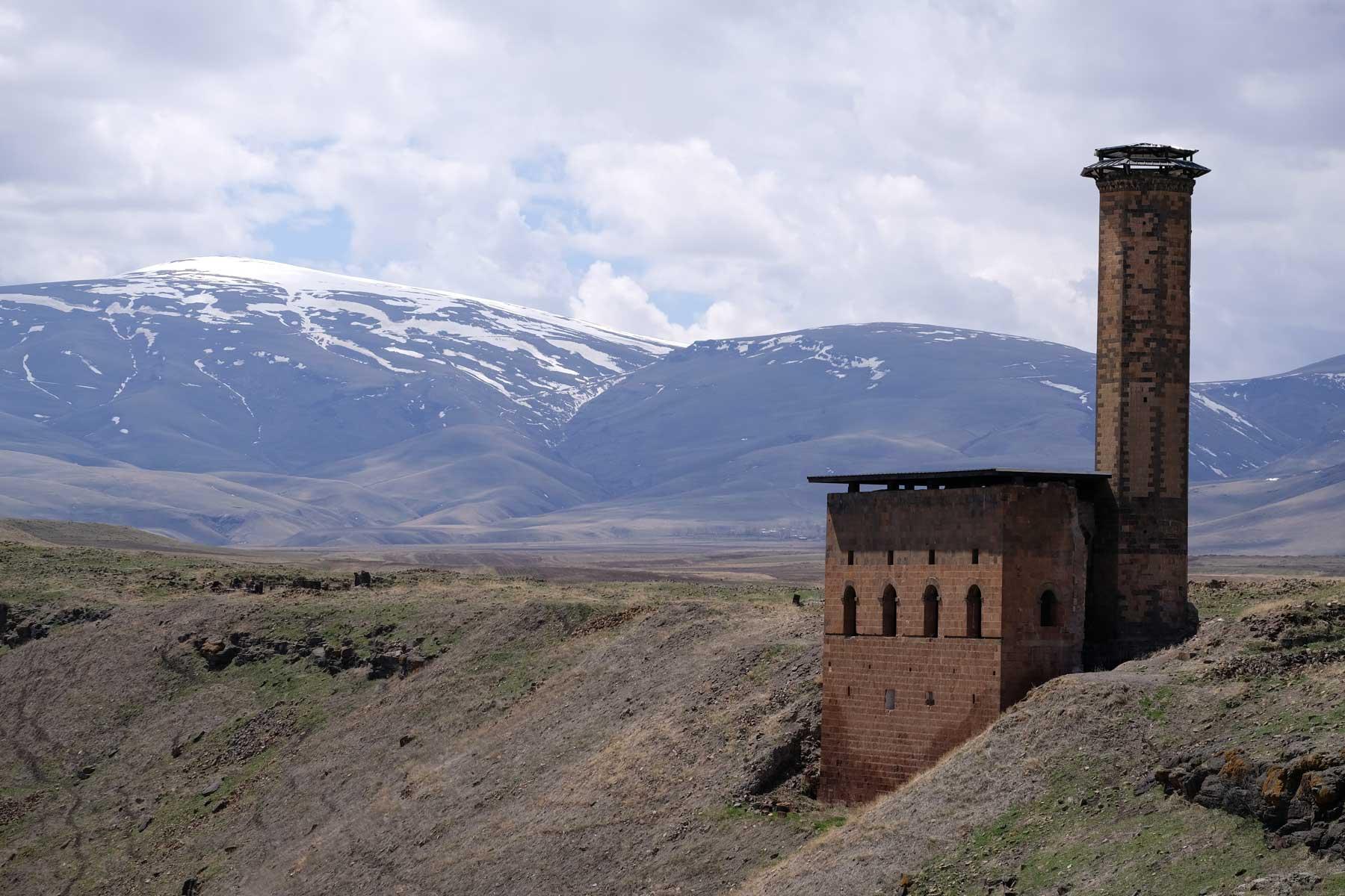 Menüçehr-Moschee vor schneebedeckten Bergen