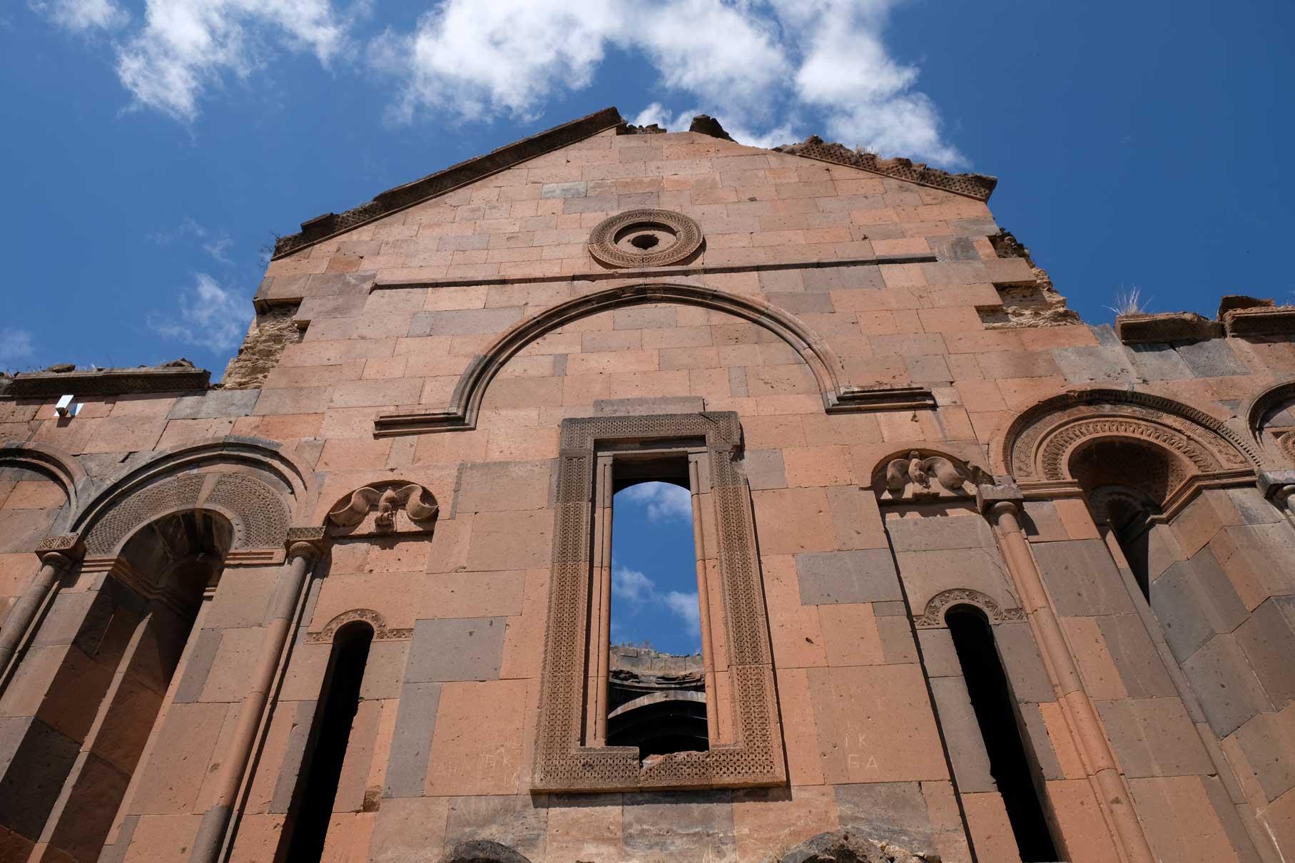 Rotbraune Fassade einer Kirche