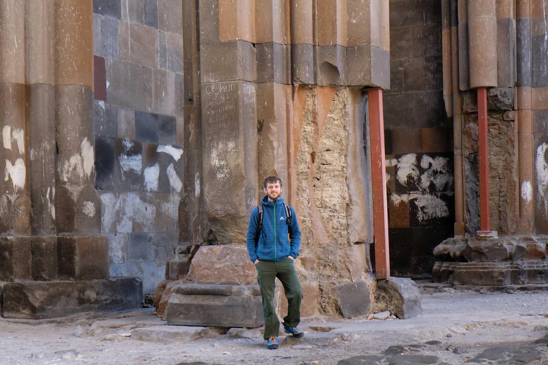 Sebastian steht vor einer Säule der Kathedrale