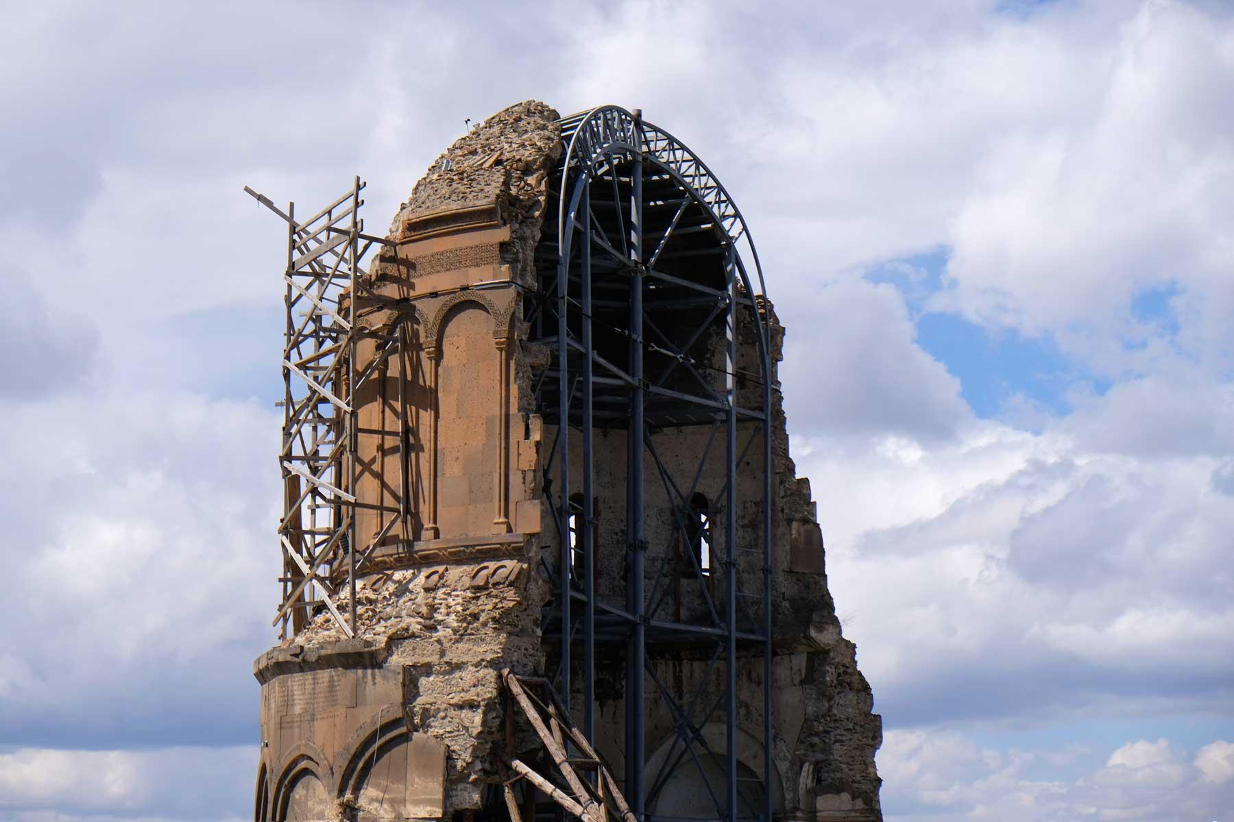 Vorderansicht der eingerüsteten Ruine der Erlöserkirche