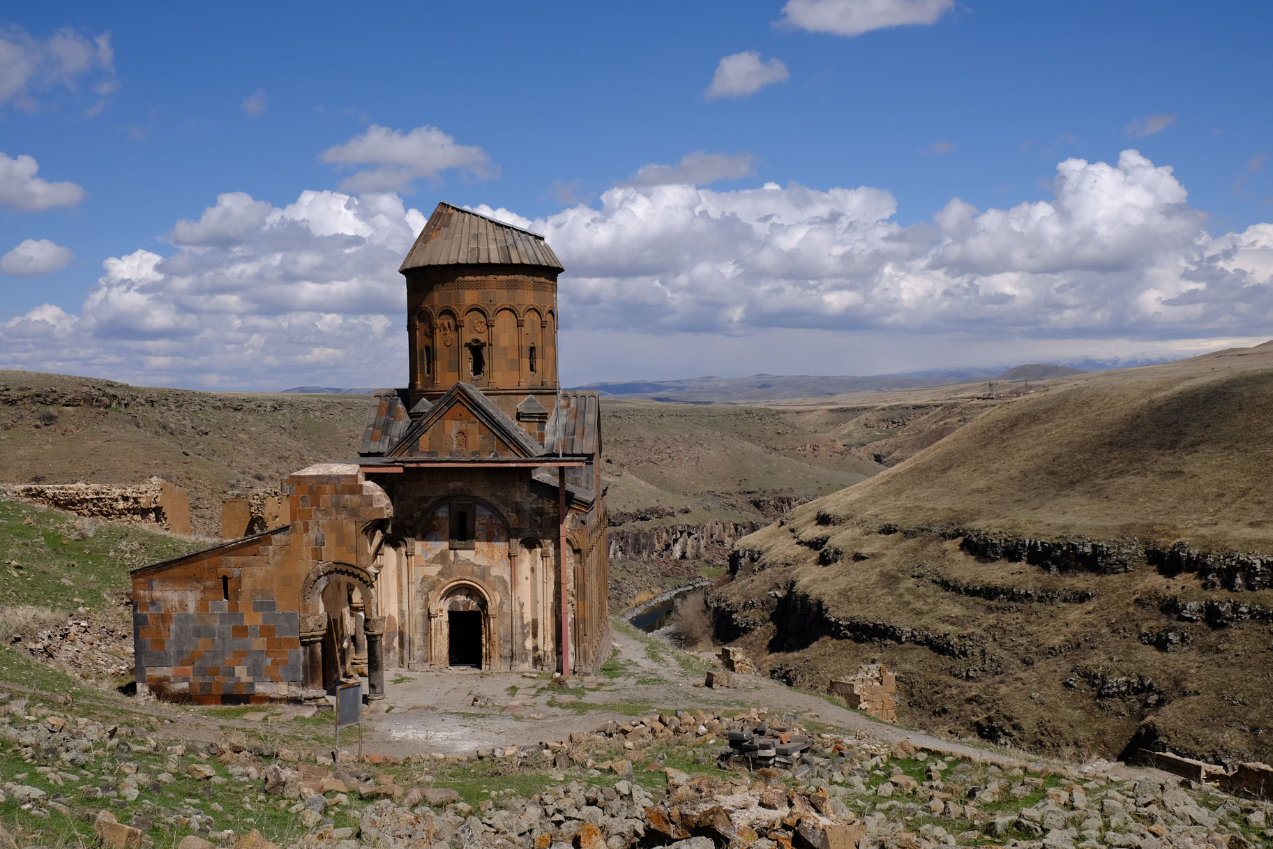 Die Kirche Sankt Gregor von Tigran Honents an einer Schlucht