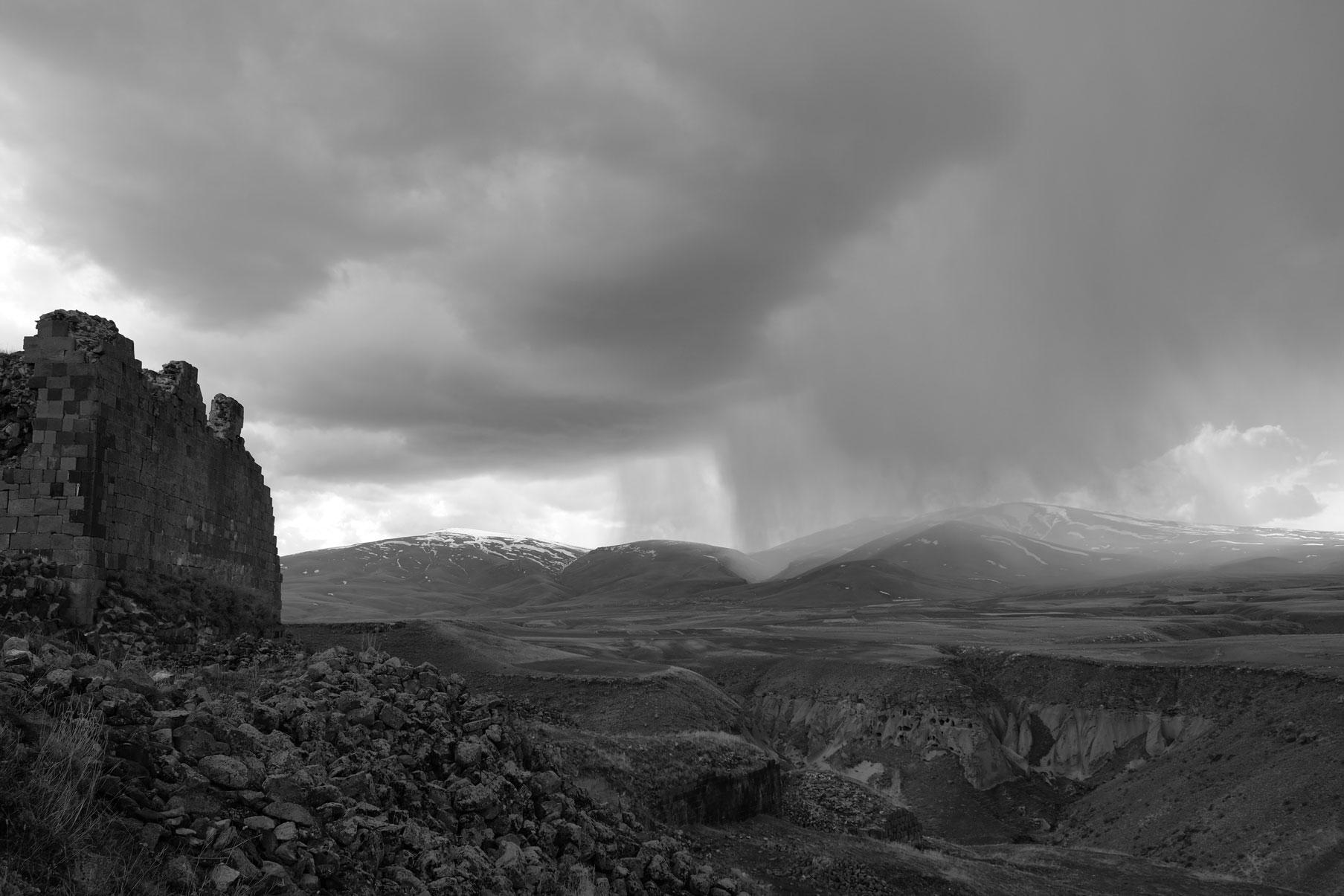 Regenwolken und die Ruine der ehemaligen Zitadelle