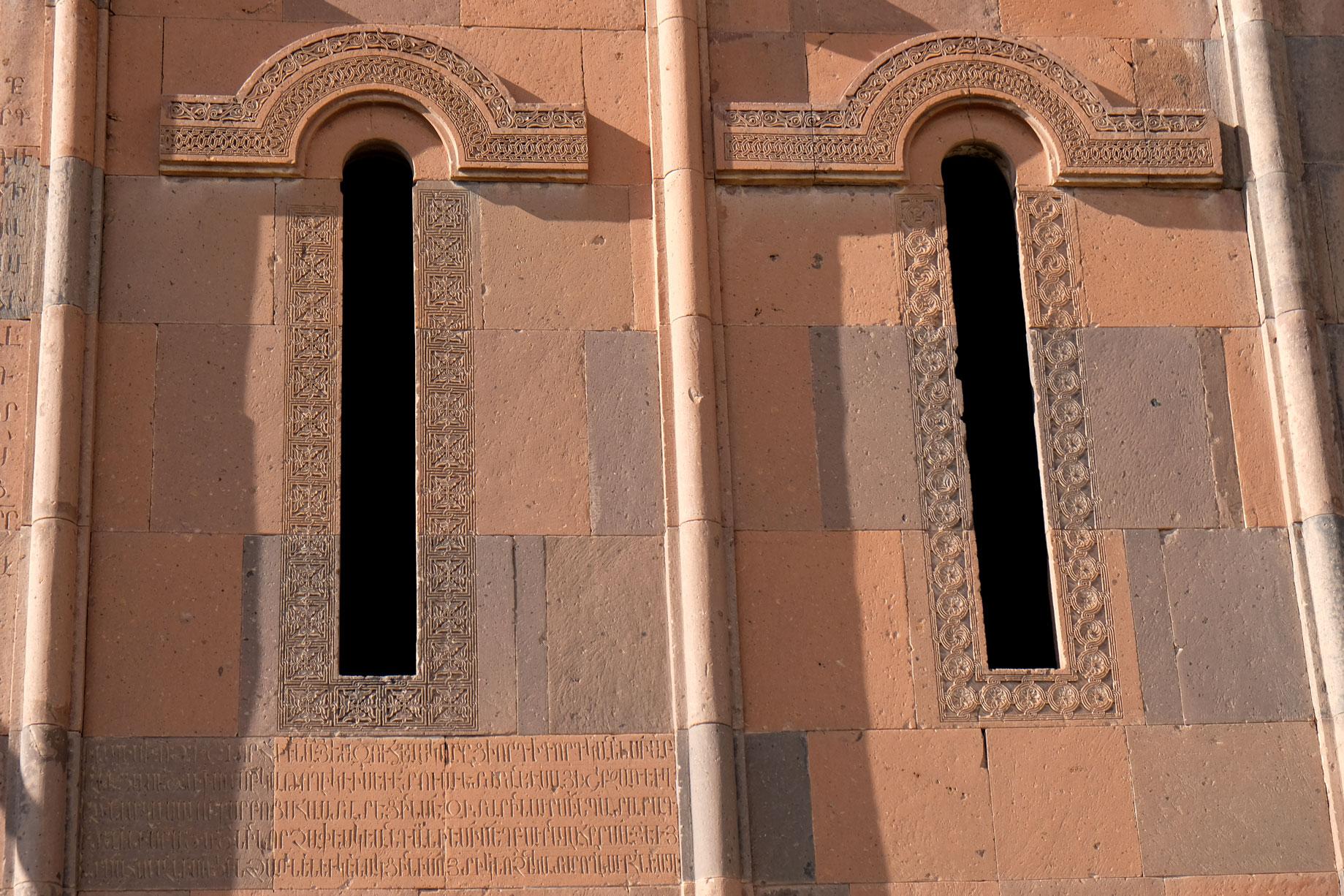 Kirchenfenster mit armenischer Inschrift