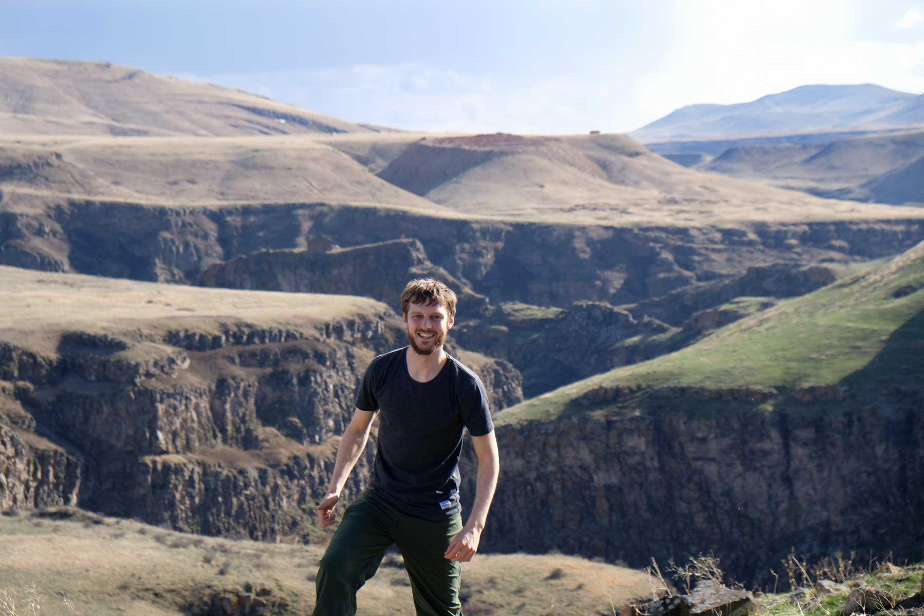 Sebastian steht vor einem Canyon