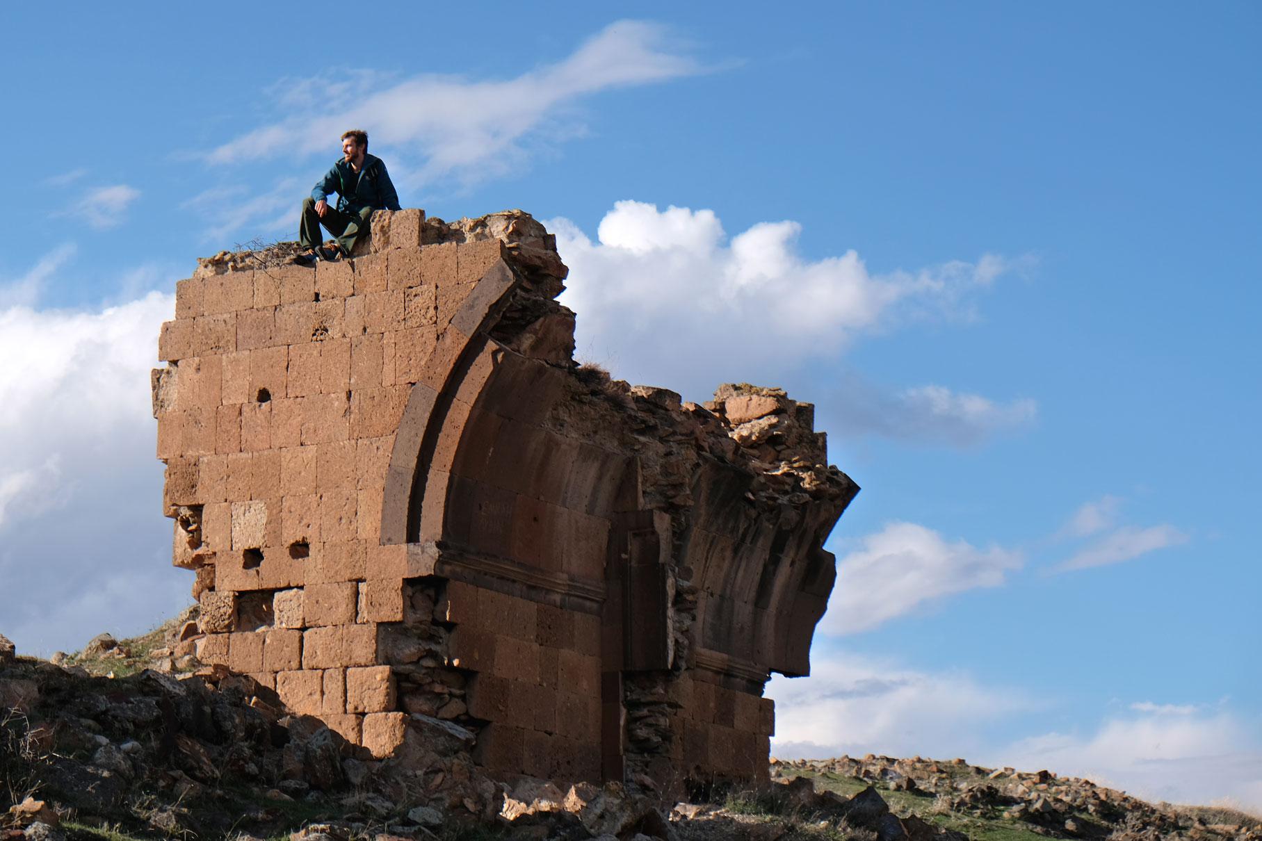 Sebastian sitzt auf einer Ruine