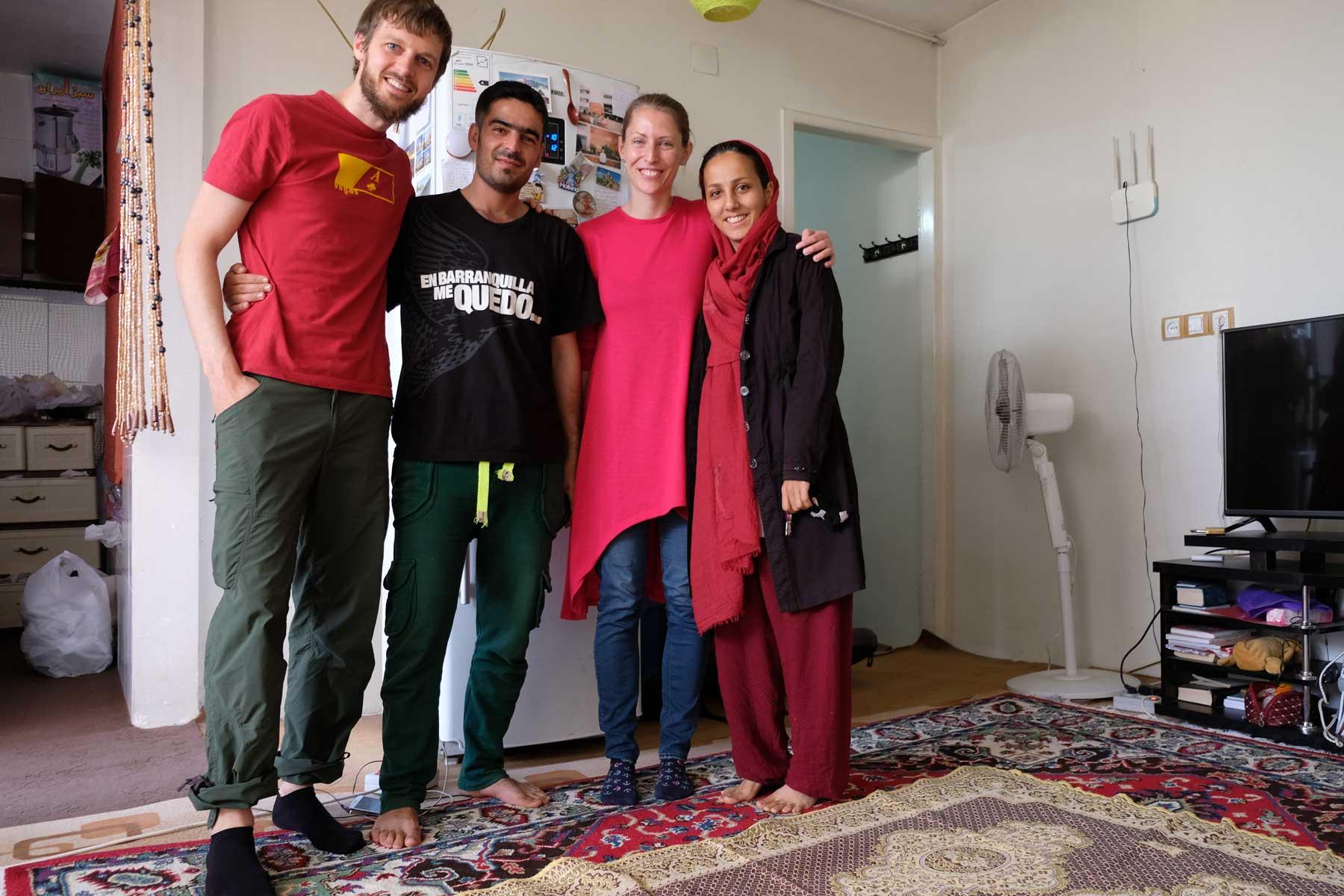 Sebastian und Leo mit Mahmoud und Merhane im Wohnzimmer
