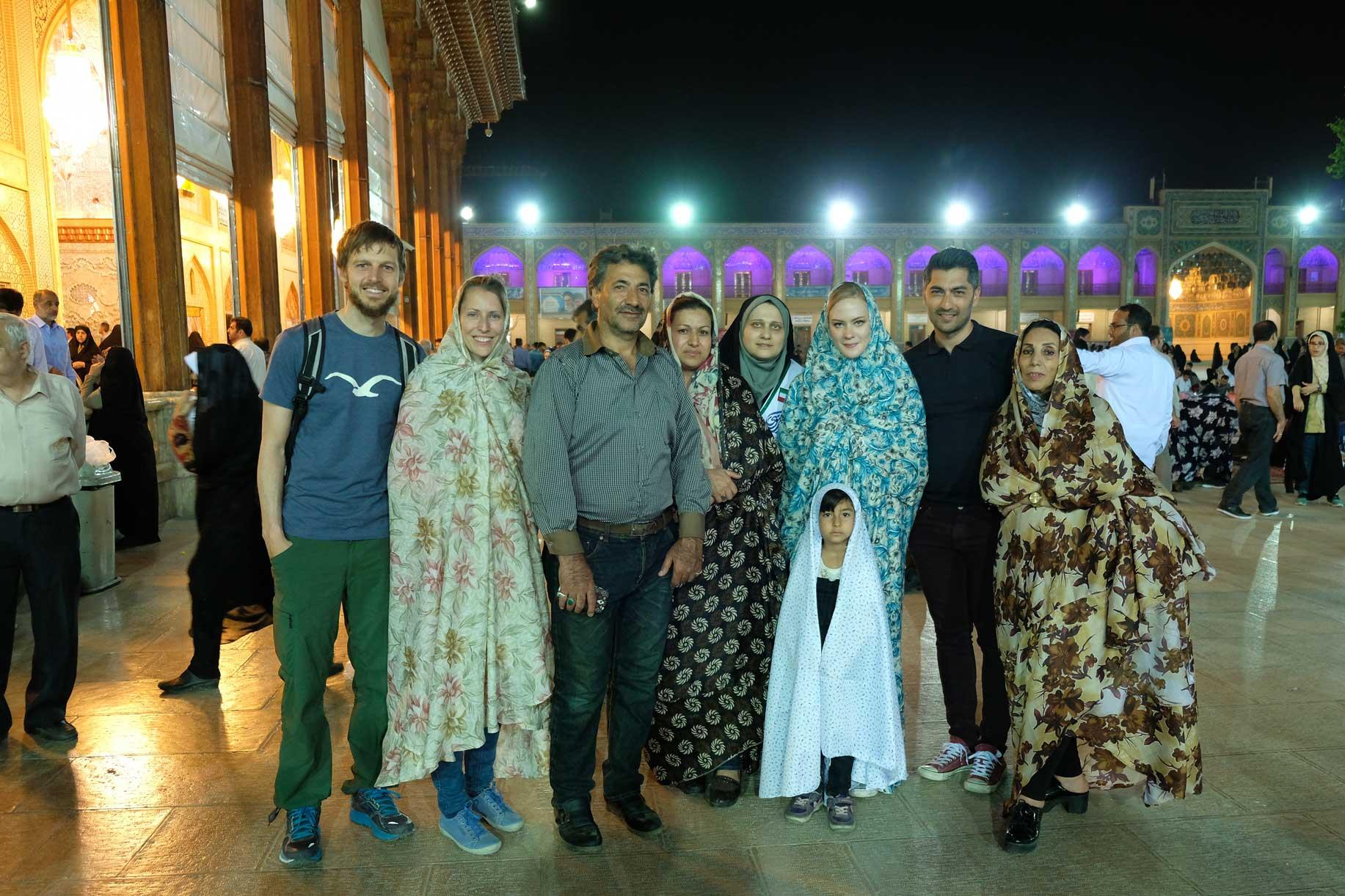 Leo uns Sebstian mit einer britisch-iranischen Familie im Innern eines religiösen Geländes