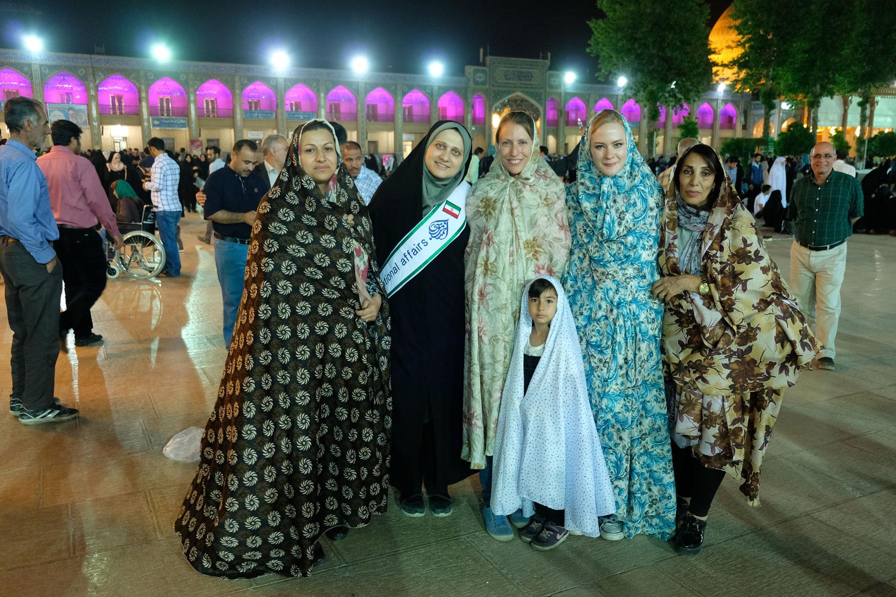 Leo mit Frauen und einem Mädchen. Alle tragen Tschador.