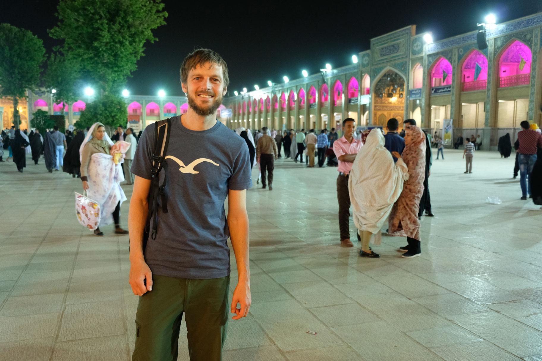 Sebastian auf einem belebten Platz im Schāh-e Tscherāgh
