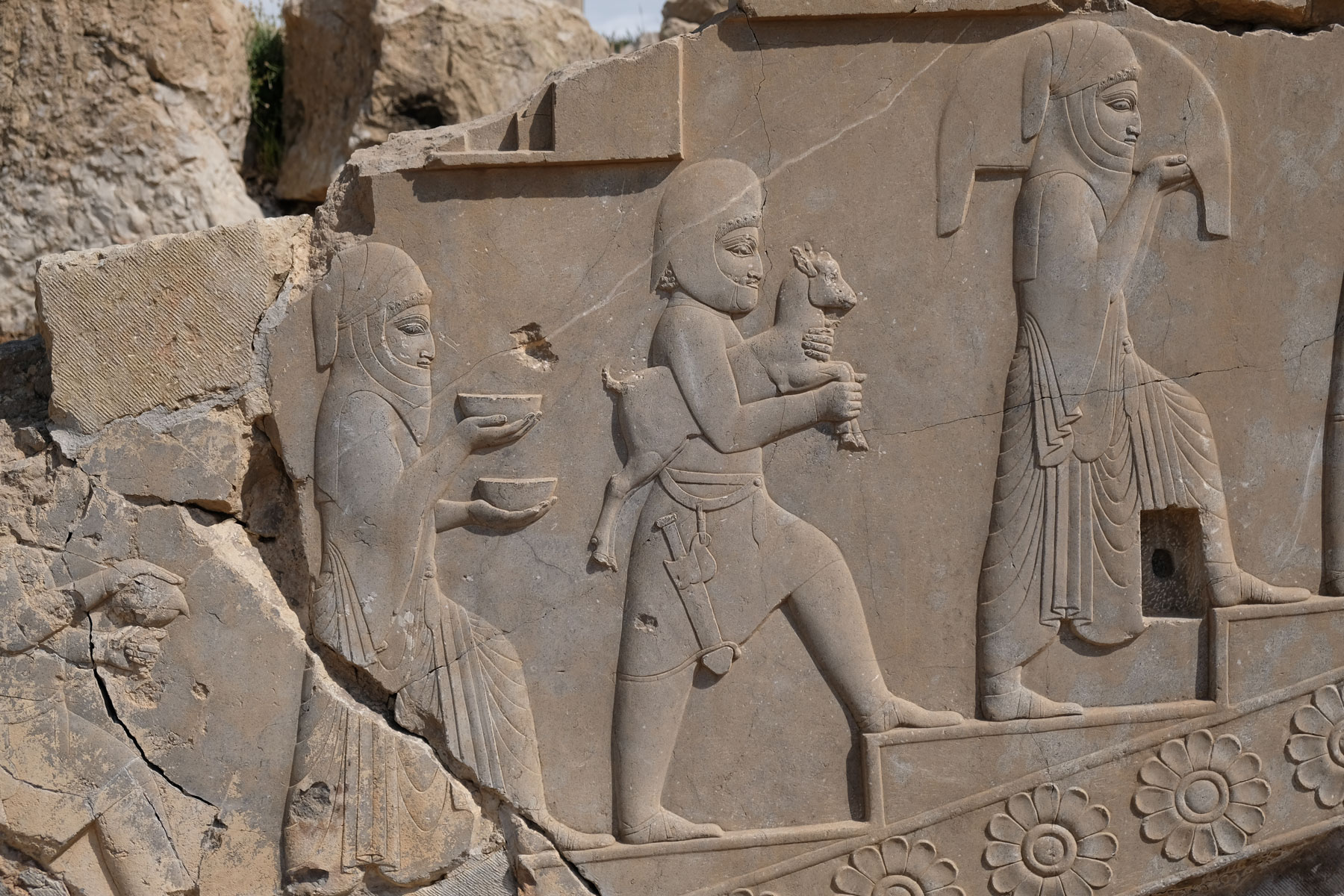 Darstellung von Männern auf einer Steinplatte