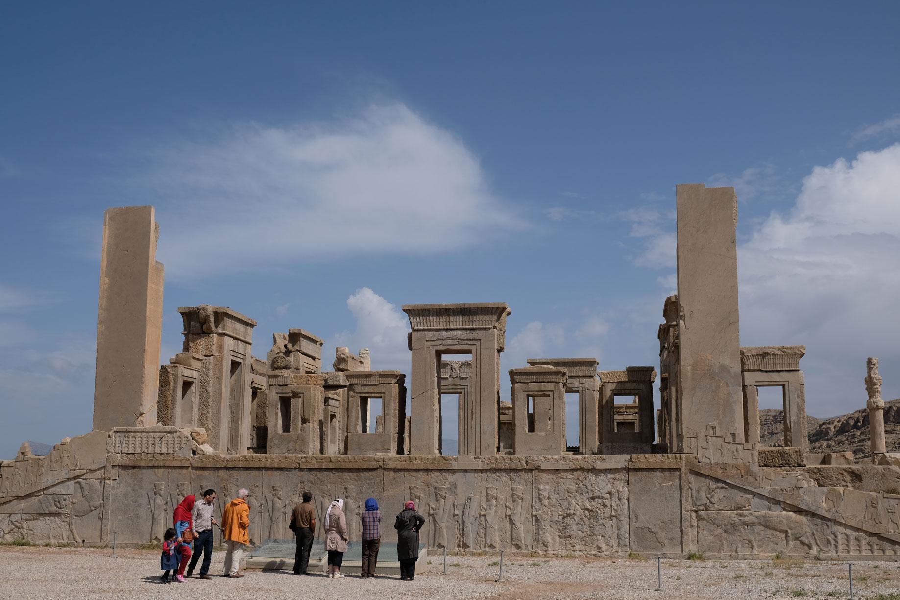 Menschen schauen sich die Überreste von Persepolis an