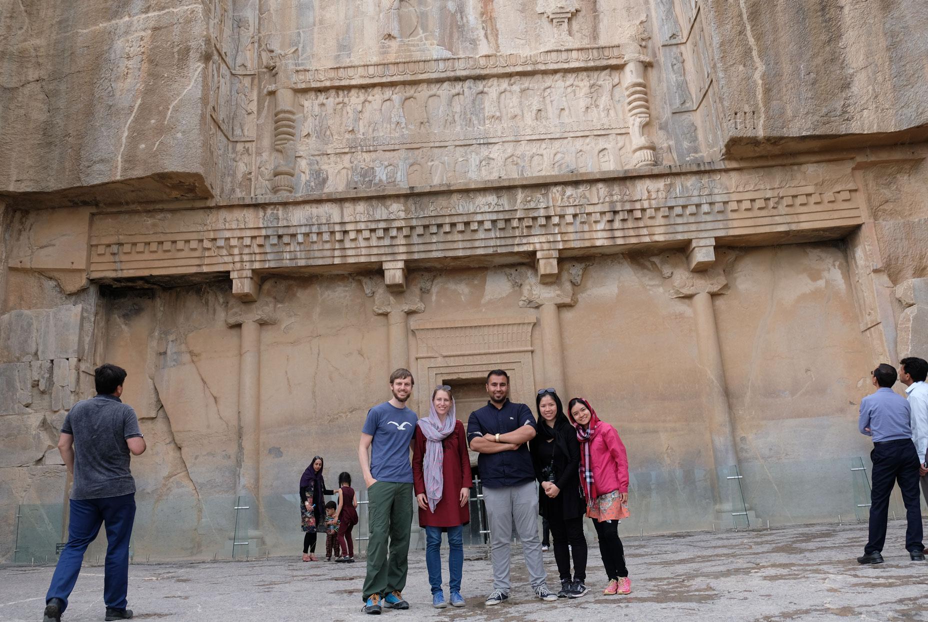 Sebastian und Leo mit einem Mann und zwei Frauen vor dem Eingang eines Felsentempels
