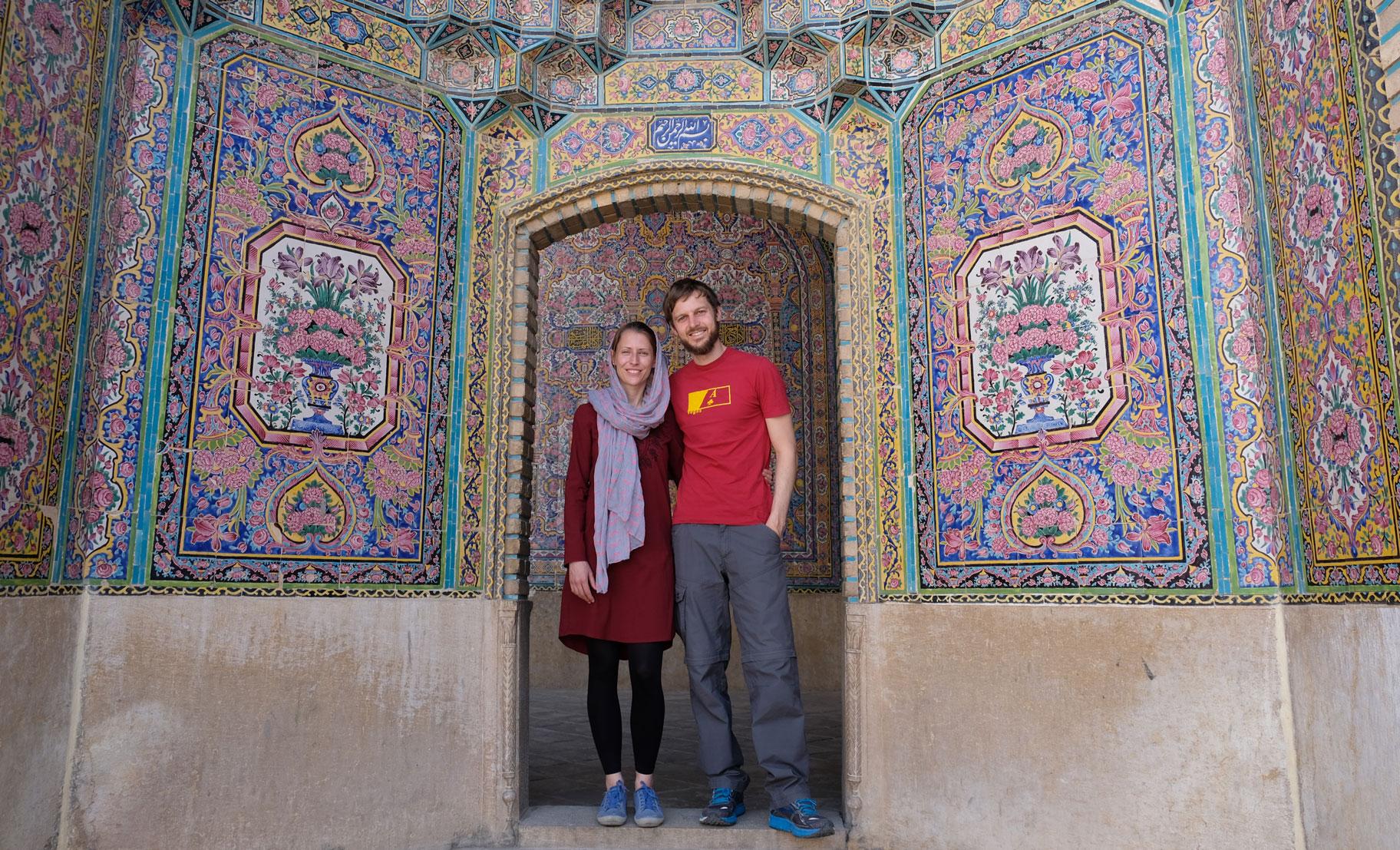 Leo und Sebastian in einem Durchgang in der Pinken Moschee