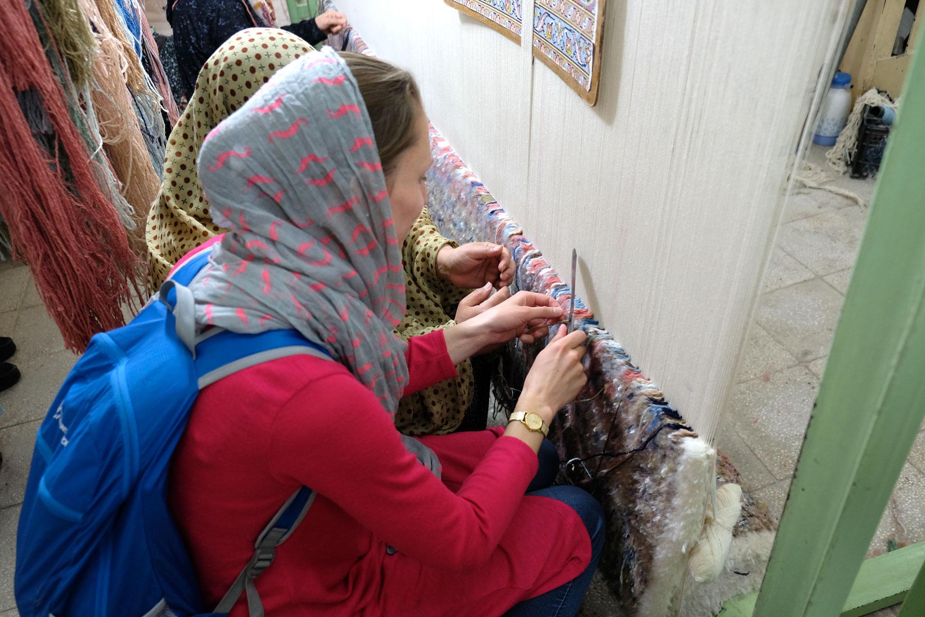 Zufällig landen wir in einer traditionellen Teppicknüpferei. Leo darf sich an der Handwerkskunst versuchen - mit Erfolg!