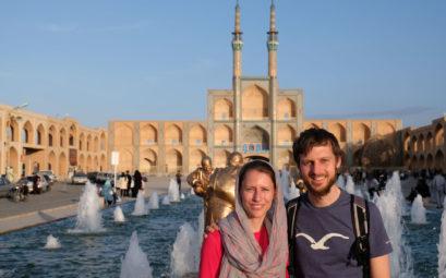 Leo und Sebastian vor dem Meydan-e Amir Chaqmaq in Yazd