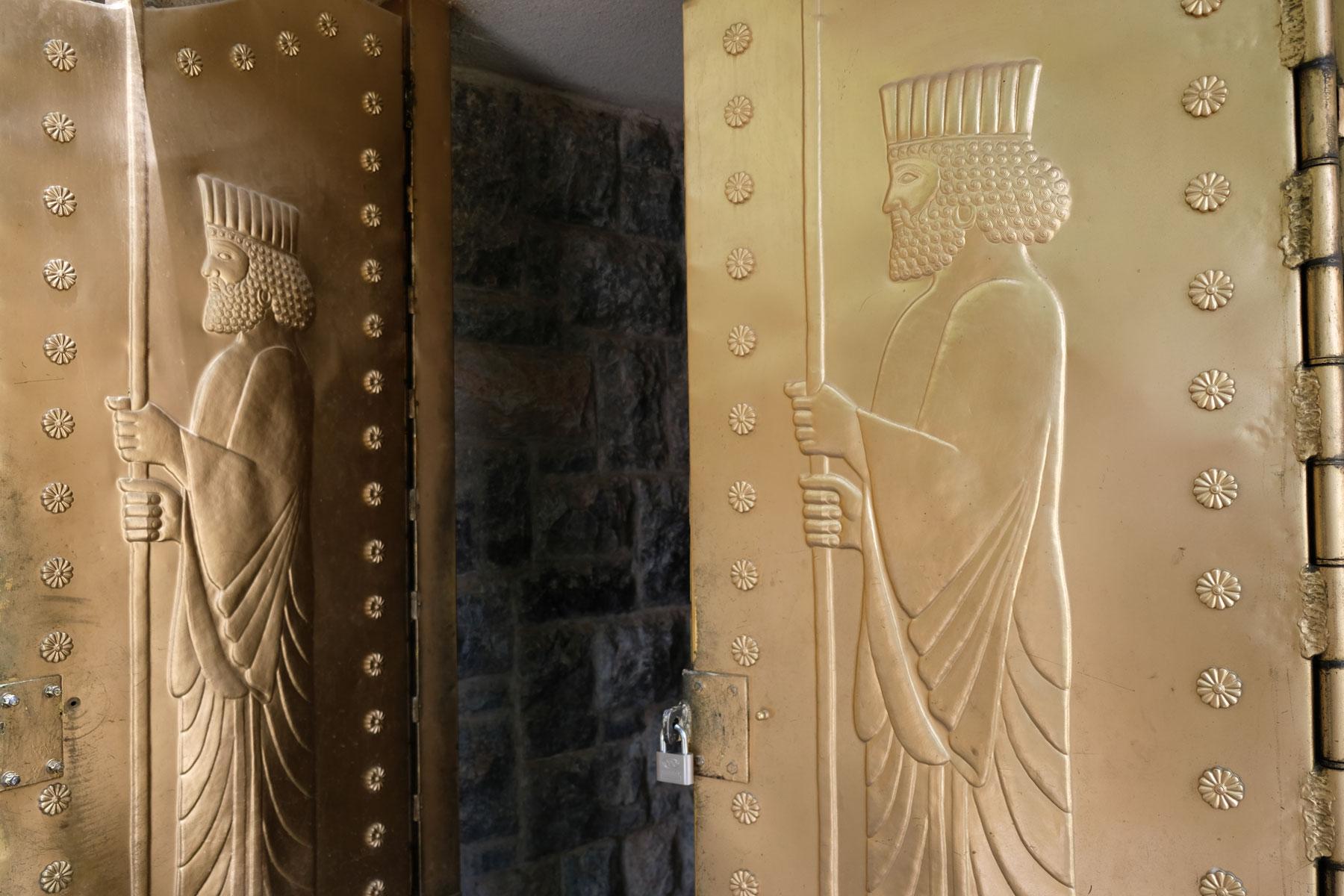 Verzierte Türen am Eingang des Tempels