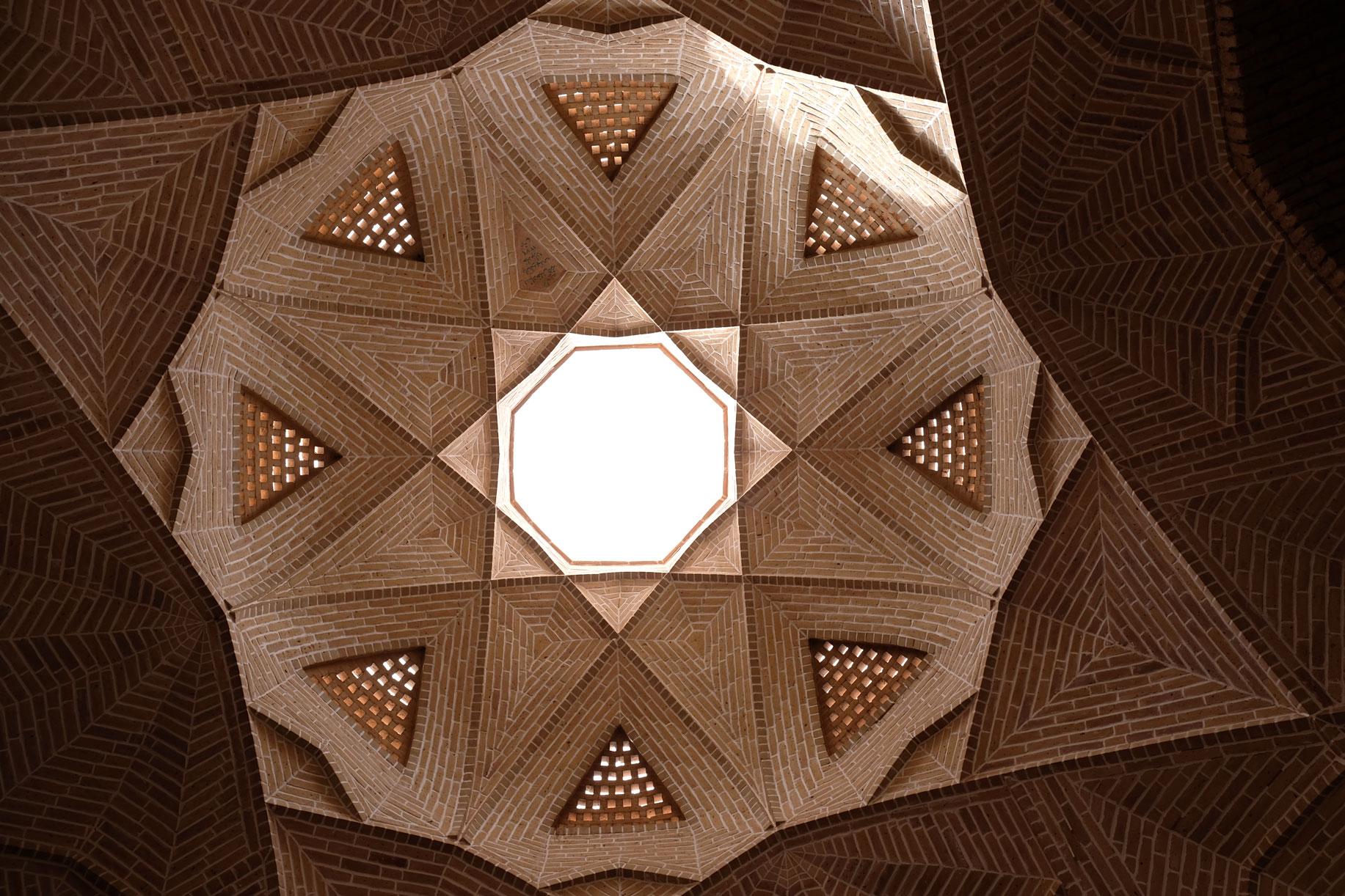Ebenfalls in Meybod besuchen wir die historische Karavanserei mit geometrischem Vordach